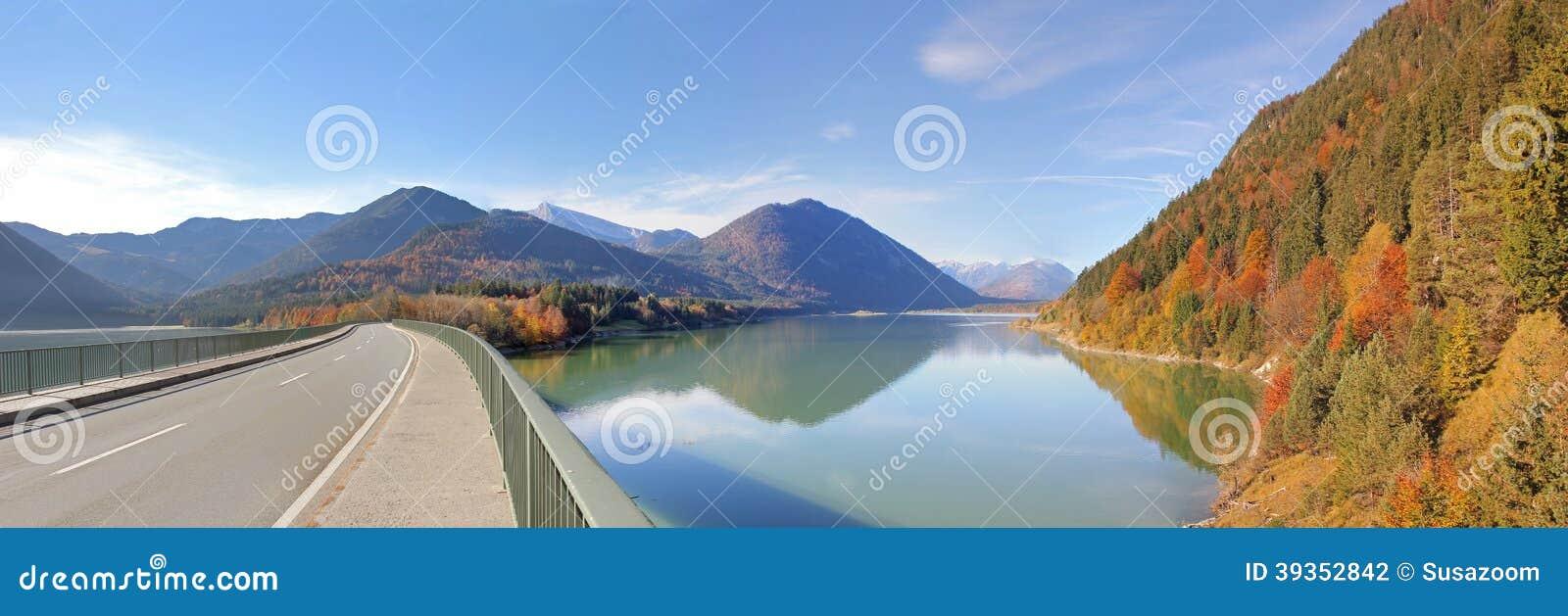 Sylvenstein e ponte do lago panoramic view, alemães