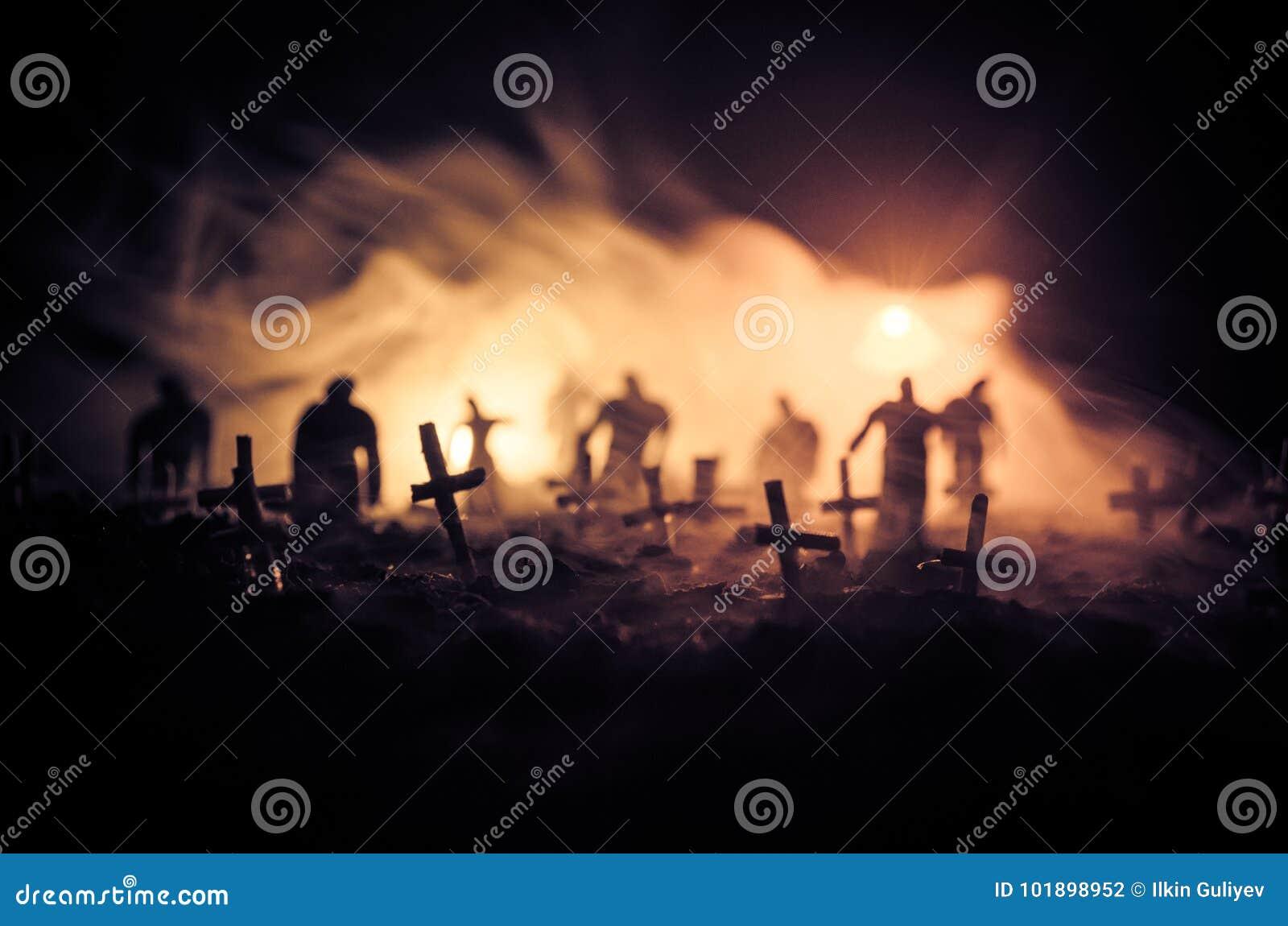 Sylwetka żywi trupy chodzi nad cmentarzem w nocy Horroru Halloweenowy pojęcie grupa żywi trupy przy nocą