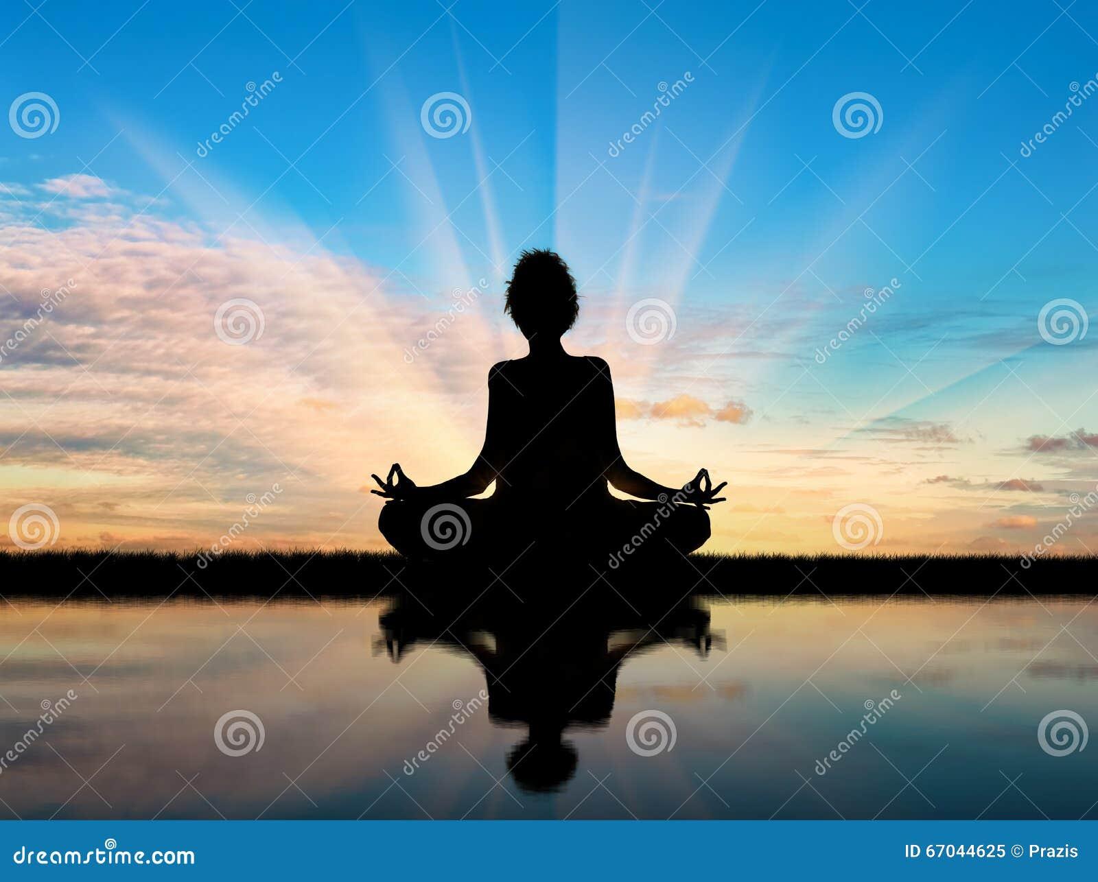 Sylwetka dziewczyny ćwiczy joga