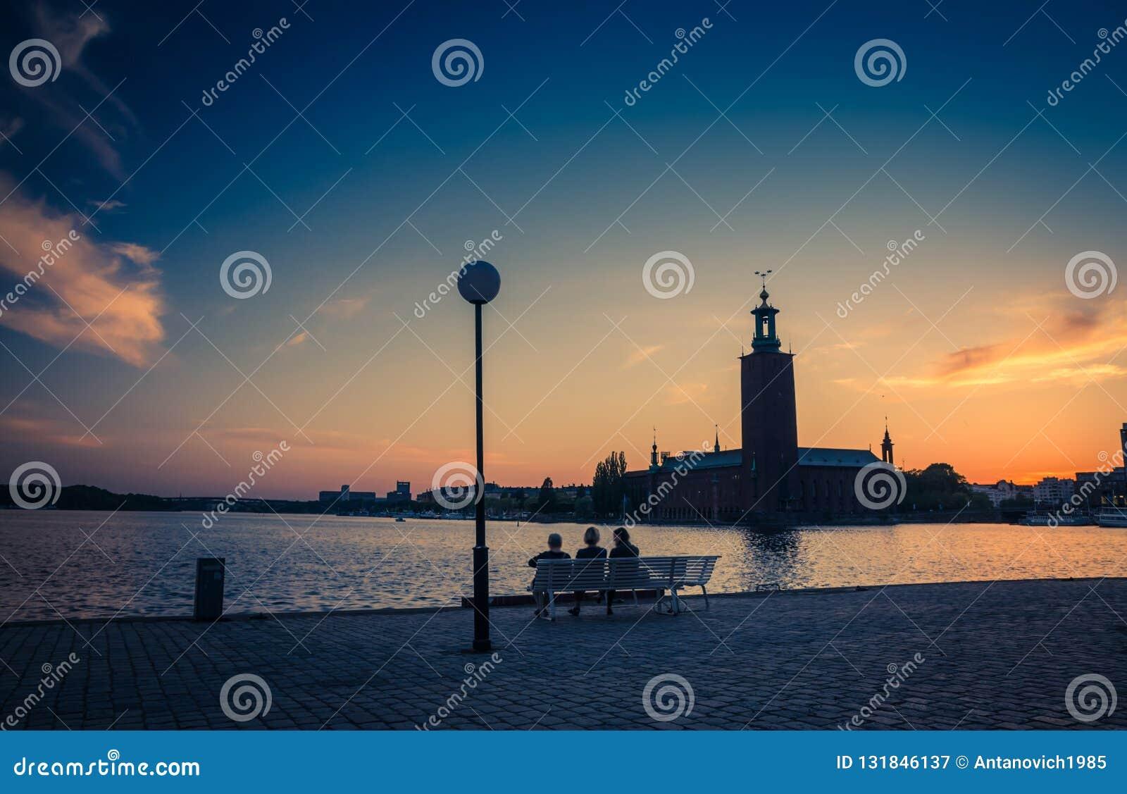 Sylwetka kobiety siedzi na ławce, Sztokholm urząd miasta, szwed