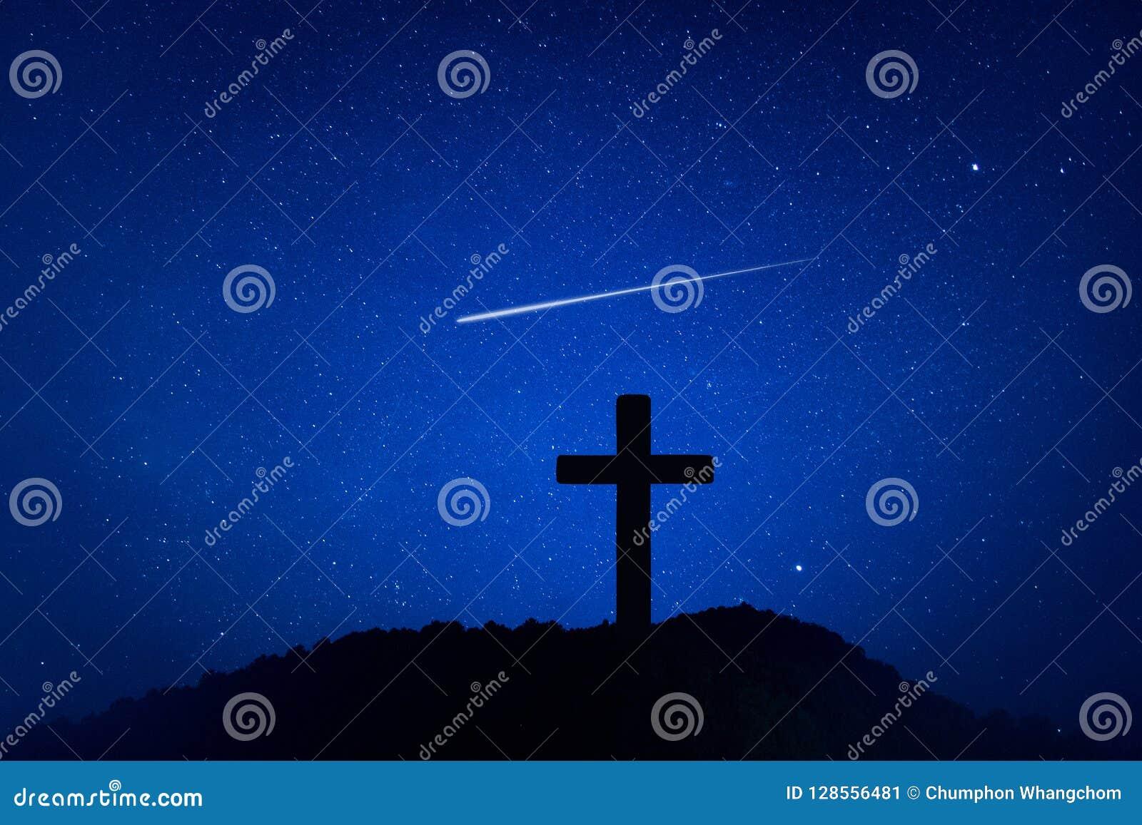 Sylwetka krucyfiksu krzyż na górze przy nighttime z gwiazdy i przestrzeni tłem
