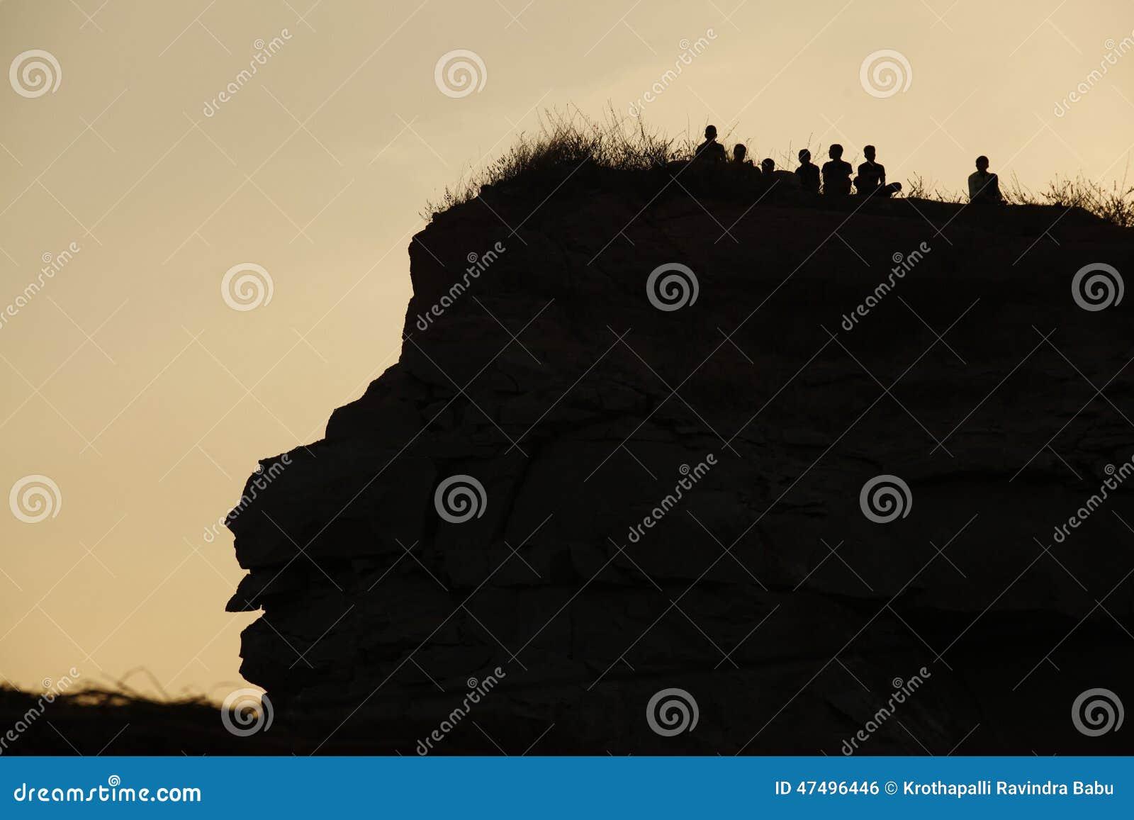 Sylwetka ludzie na wzgórzu