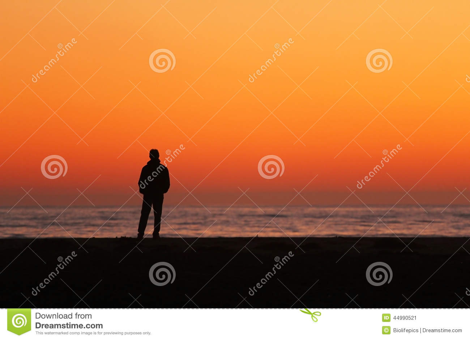 Sylwetka mężczyzna pozycja oceanem