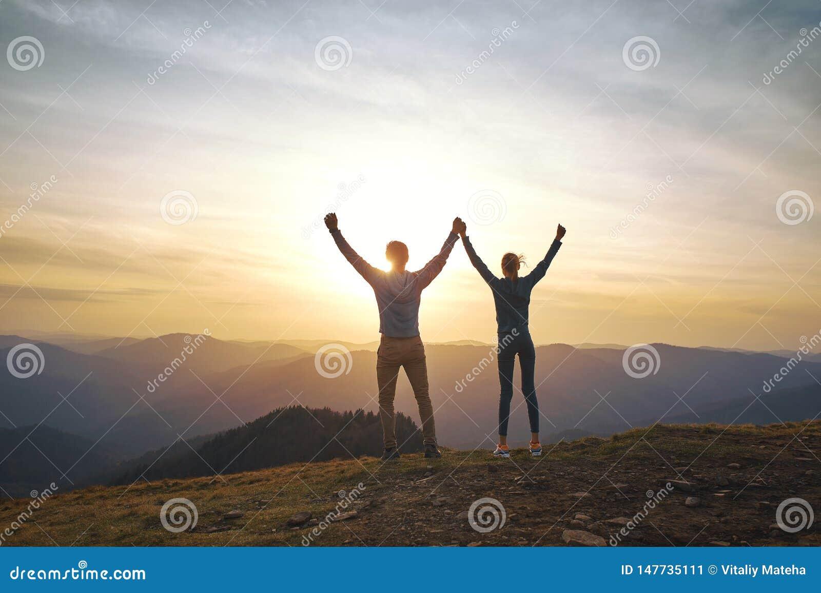 Sylwetka mężczyzny, kobiety pozycja na krawędzi ręki w górę na i i