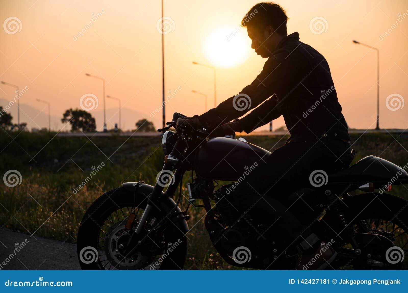 Sylwetka mężczyzny rocznika jeździeckiego motocyklu setkarza cukierniany styl