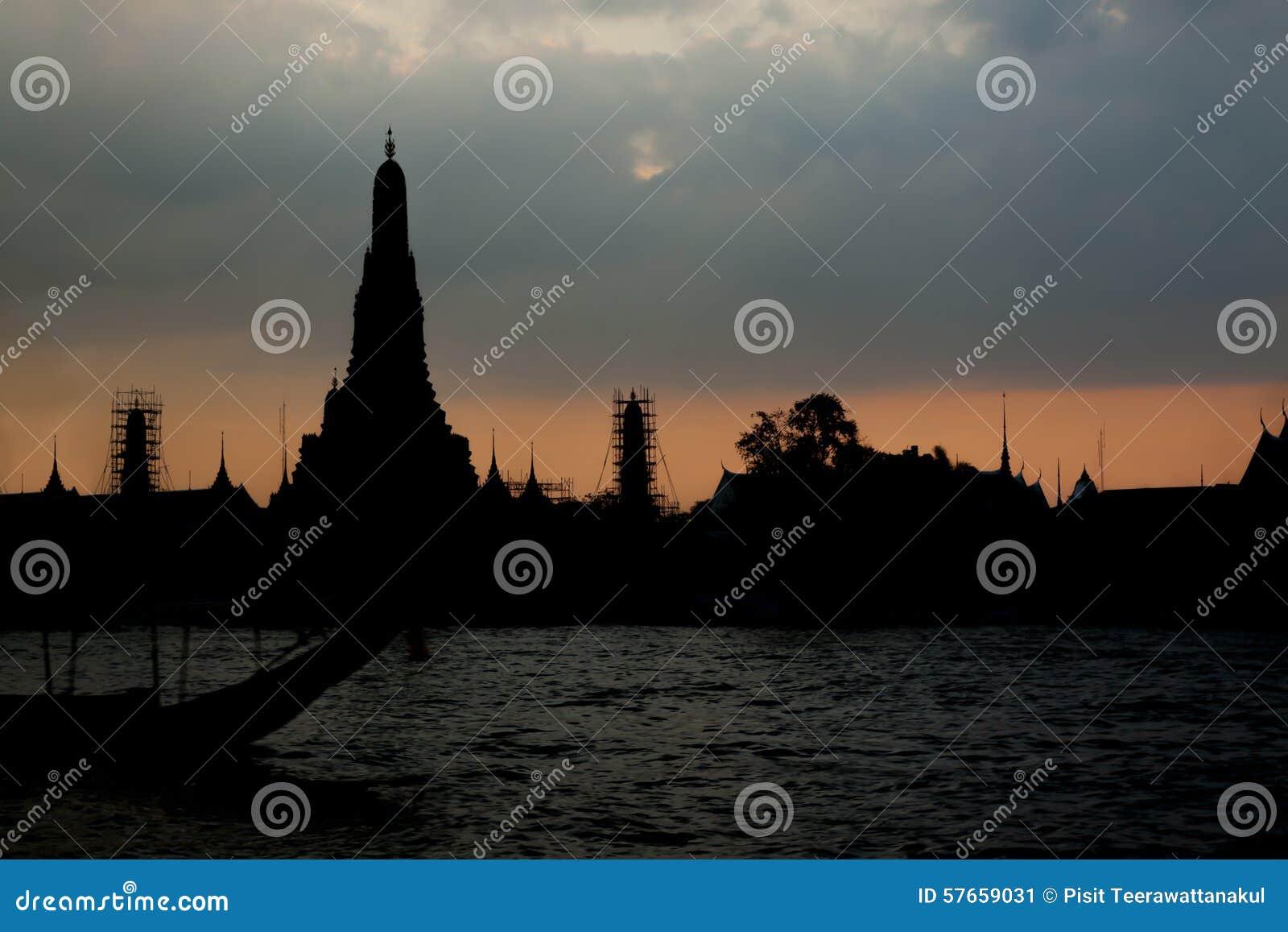 Sylwetka Wat Arun przy Mrocznym czasem przy słońce setem