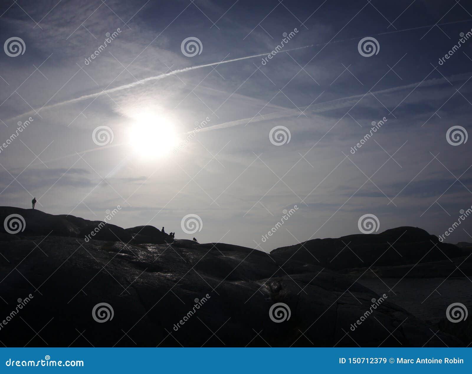 Sylwetki chodzi przed słońcem