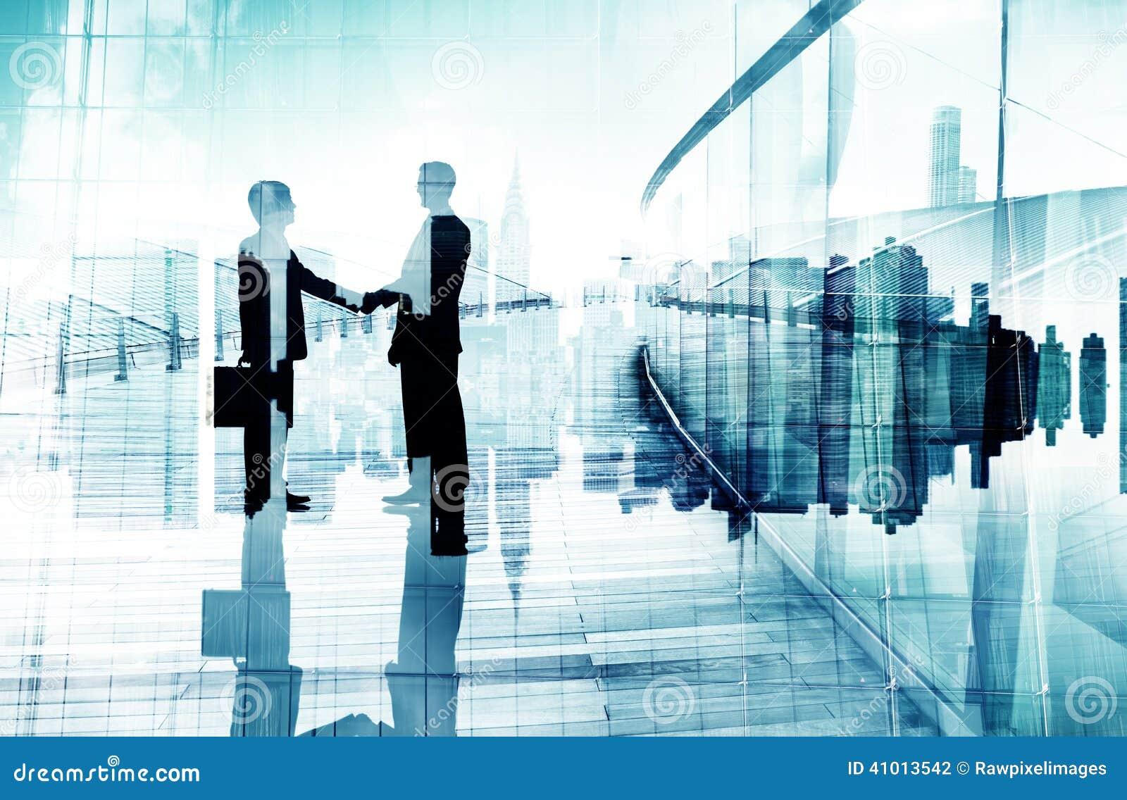 Sylwetki Dwa biznesmena Ma uścisk dłoni