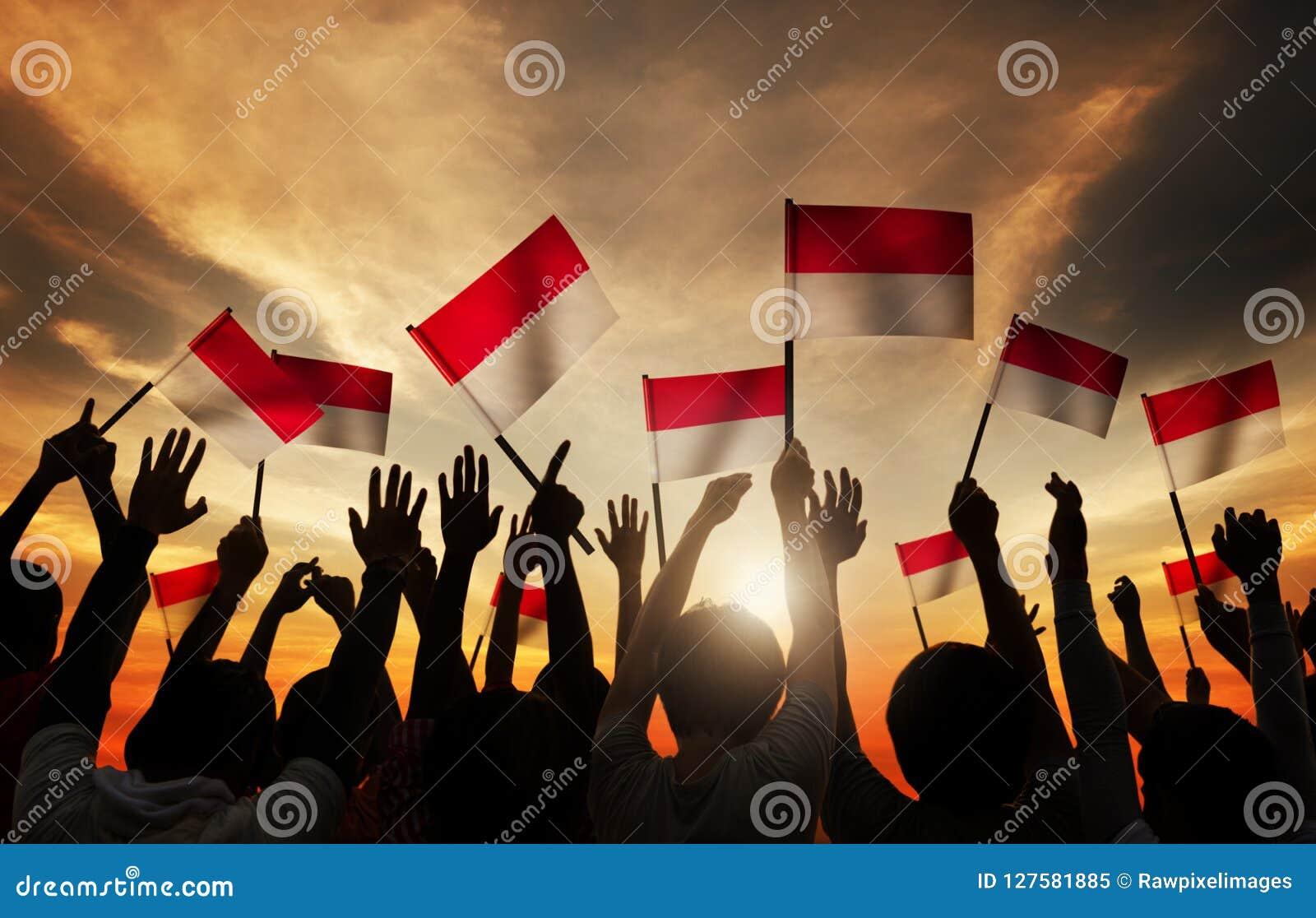 Sylwetki ludzie Trzyma flaga Indonezja