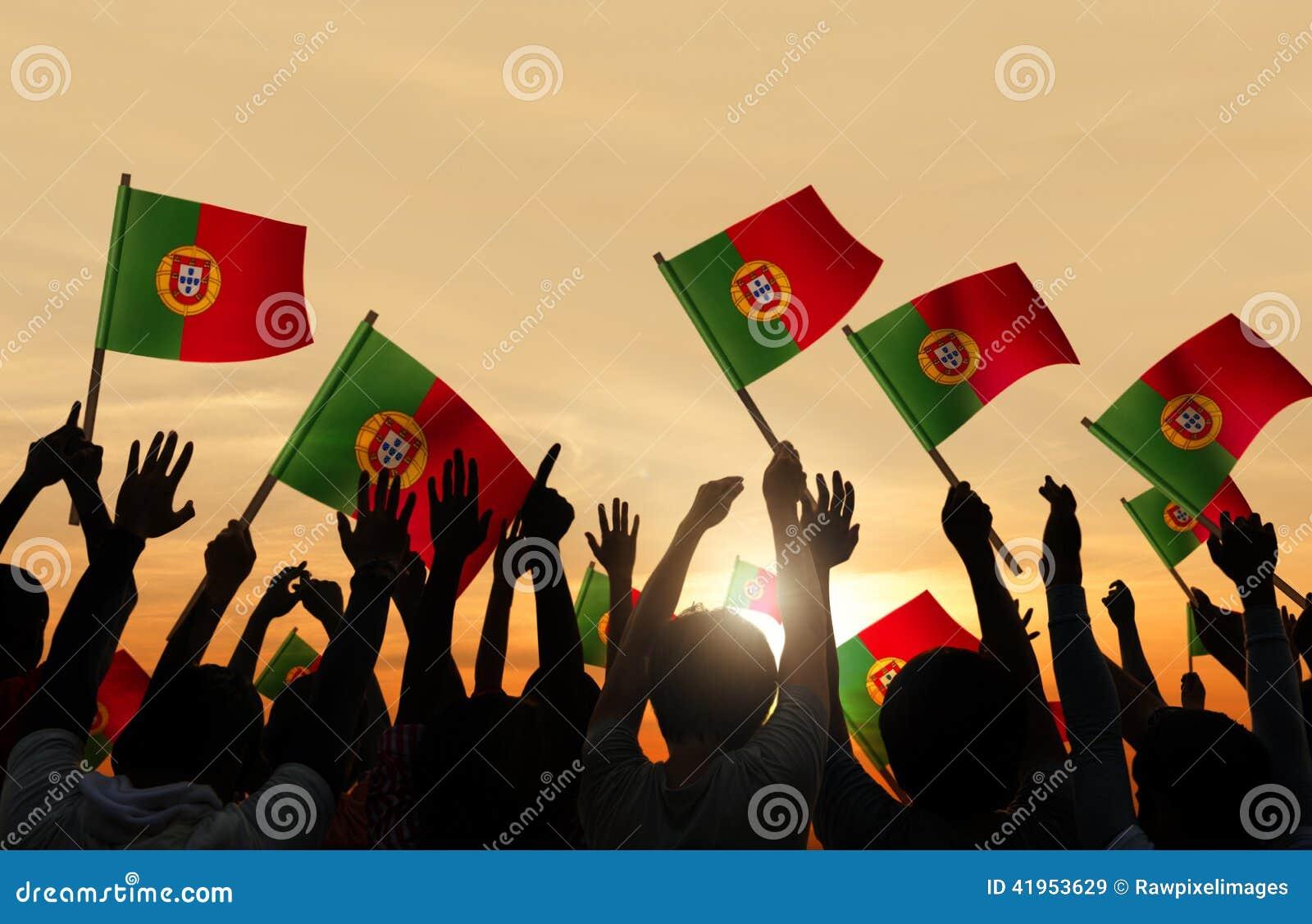 Sylwetki ludzie Trzyma portugalczyk flaga