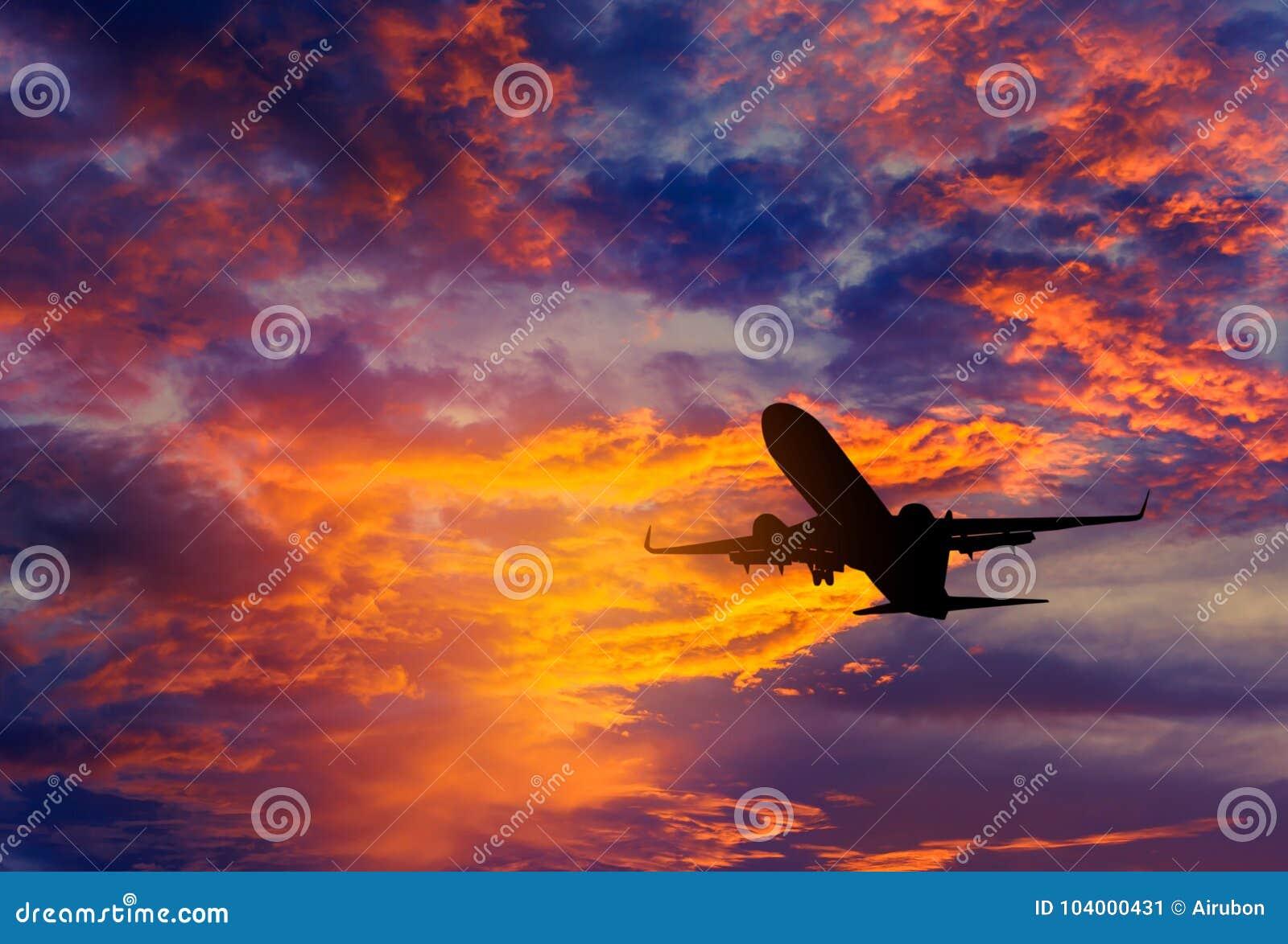 Sylwetki pasażerski samolotowy latający daleko od wewnątrz astronomiczna wysokość podczas zmierzchu czasu