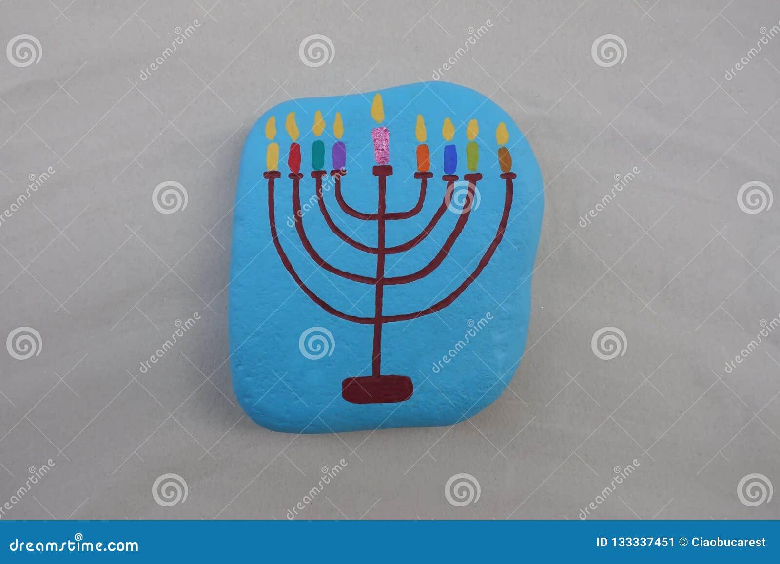 Symbol żydowski wakacyjny Hanukkah z malującym stylizowanym projektem Menorah, candlestick z dziewięć świeczkami nad kamieniem
