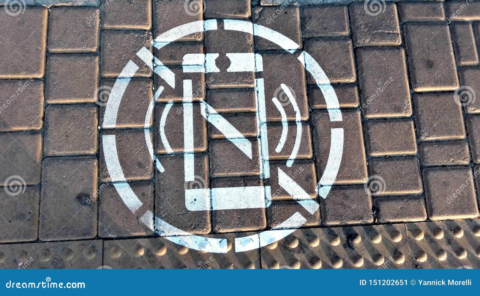 Symbol av förbud som ser mobiltelefonen, medan korsa vägen
