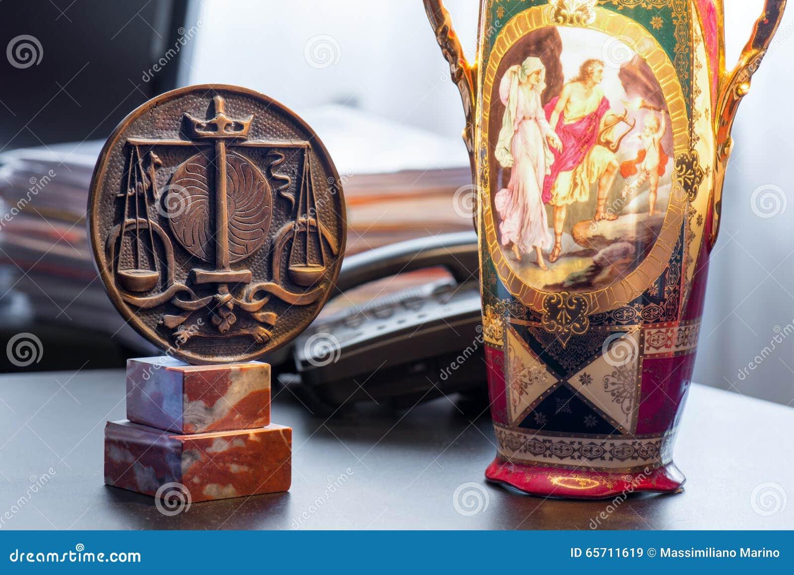 Symbol der Bestellung mit Rechtsanwälten und alter Lampe
