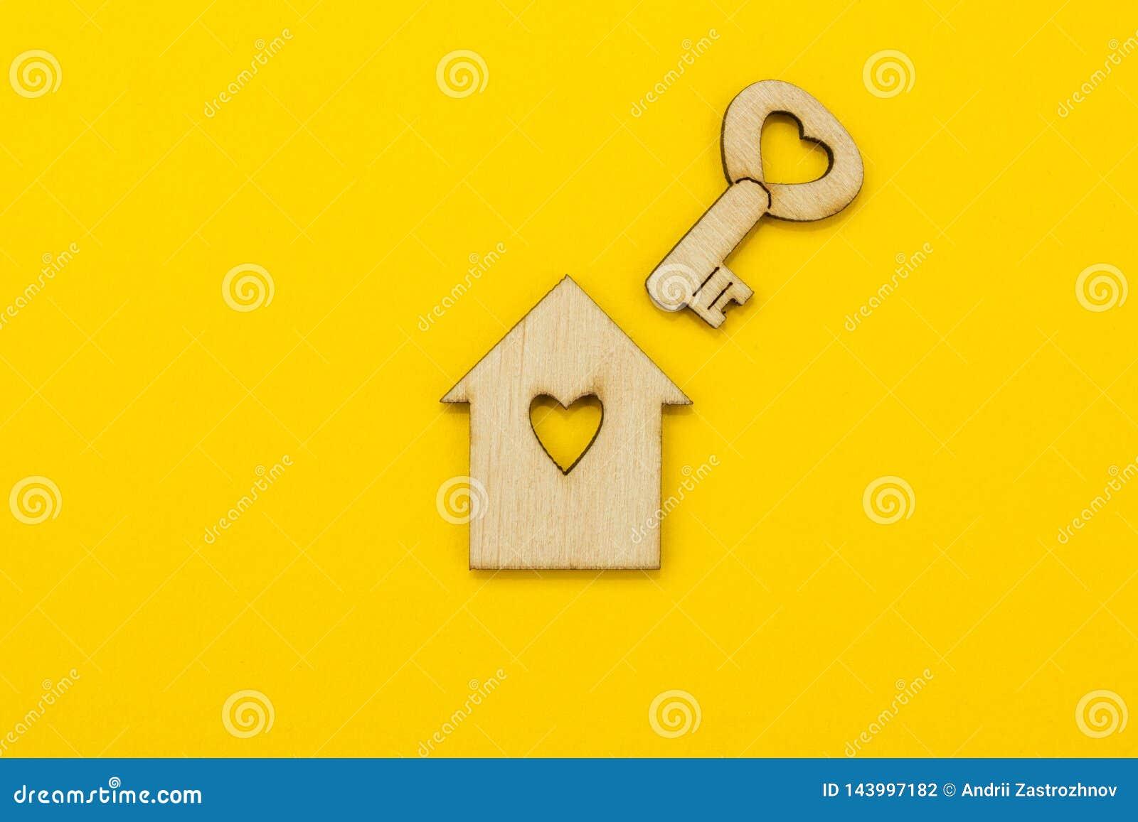 Symbole d une petite maison et une clé avec un coeur sur un fond jaune