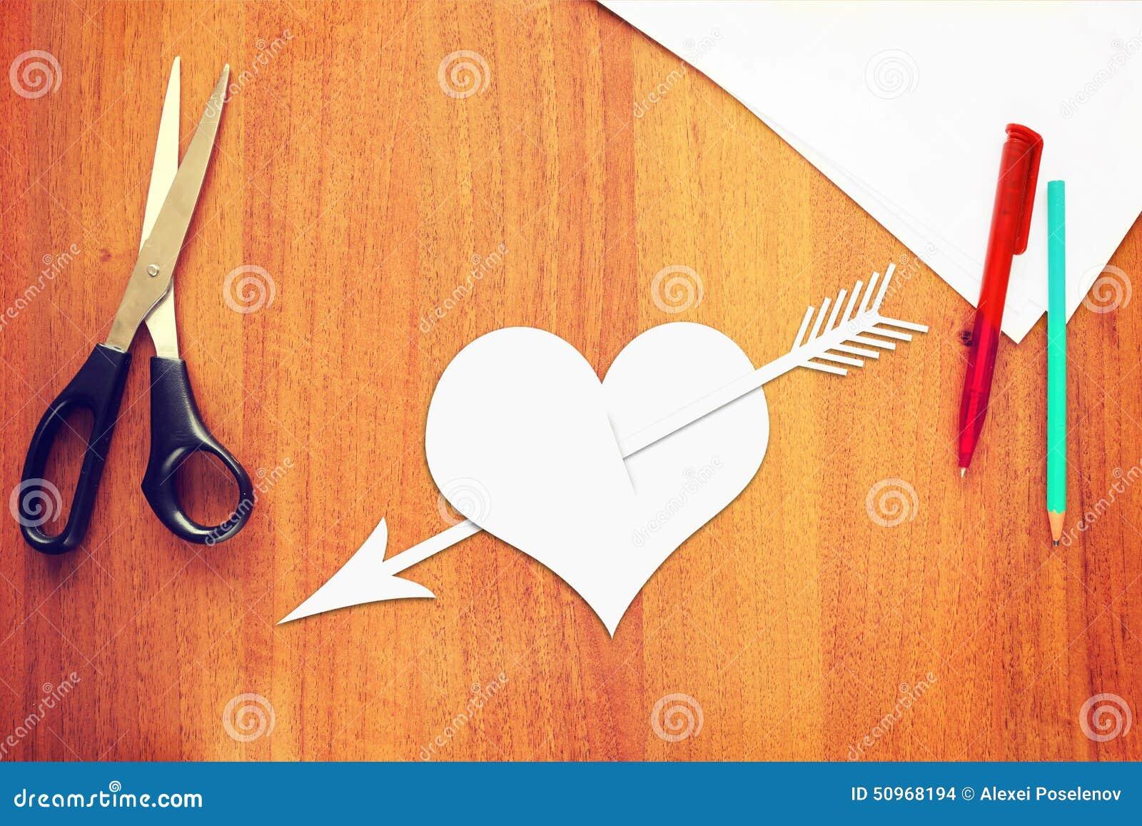 symbole de l 39 amour un coeur de papier perc par une fl che photo stock image 50968194. Black Bedroom Furniture Sets. Home Design Ideas
