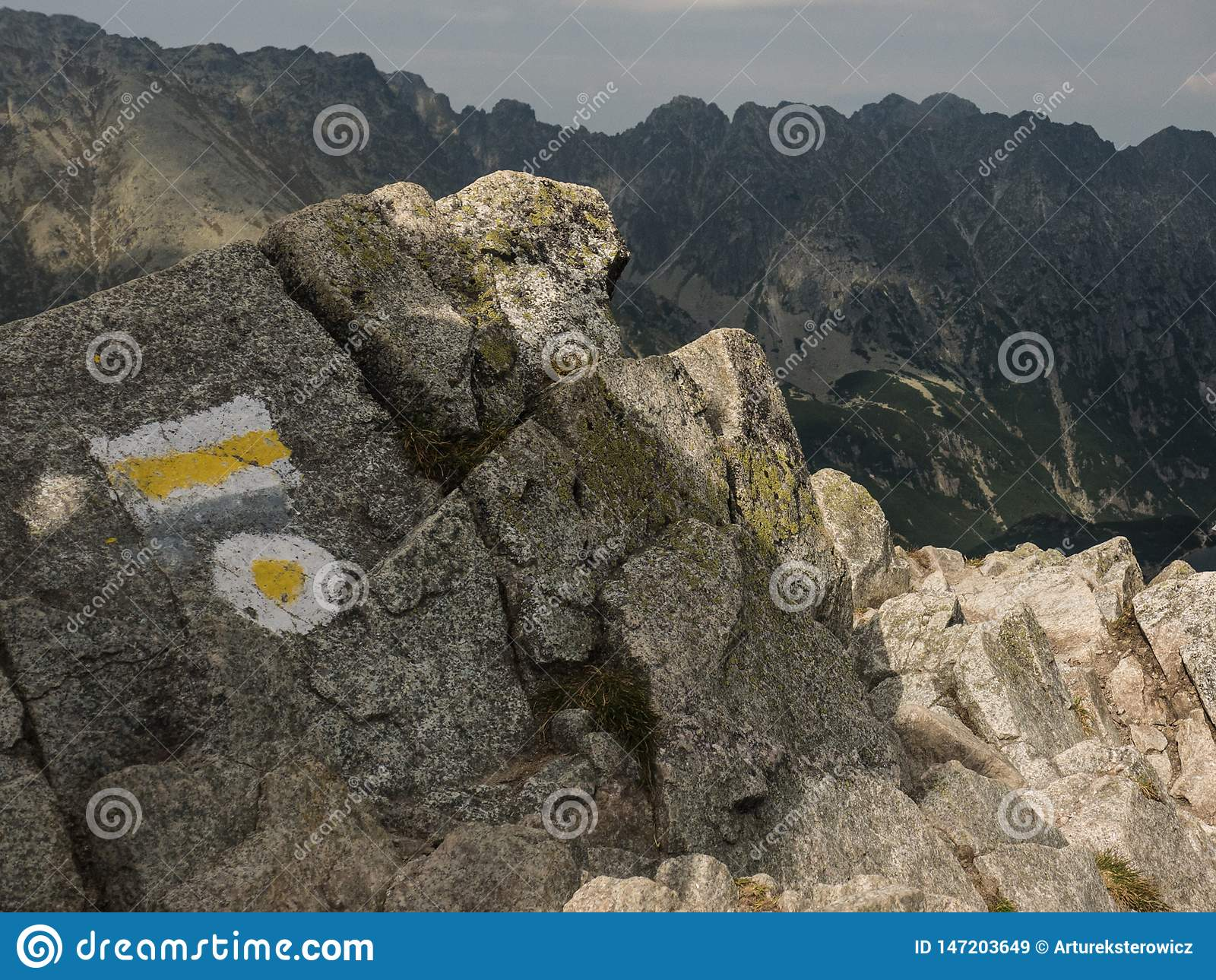 Symbole de la traînée de montagne sur la roche