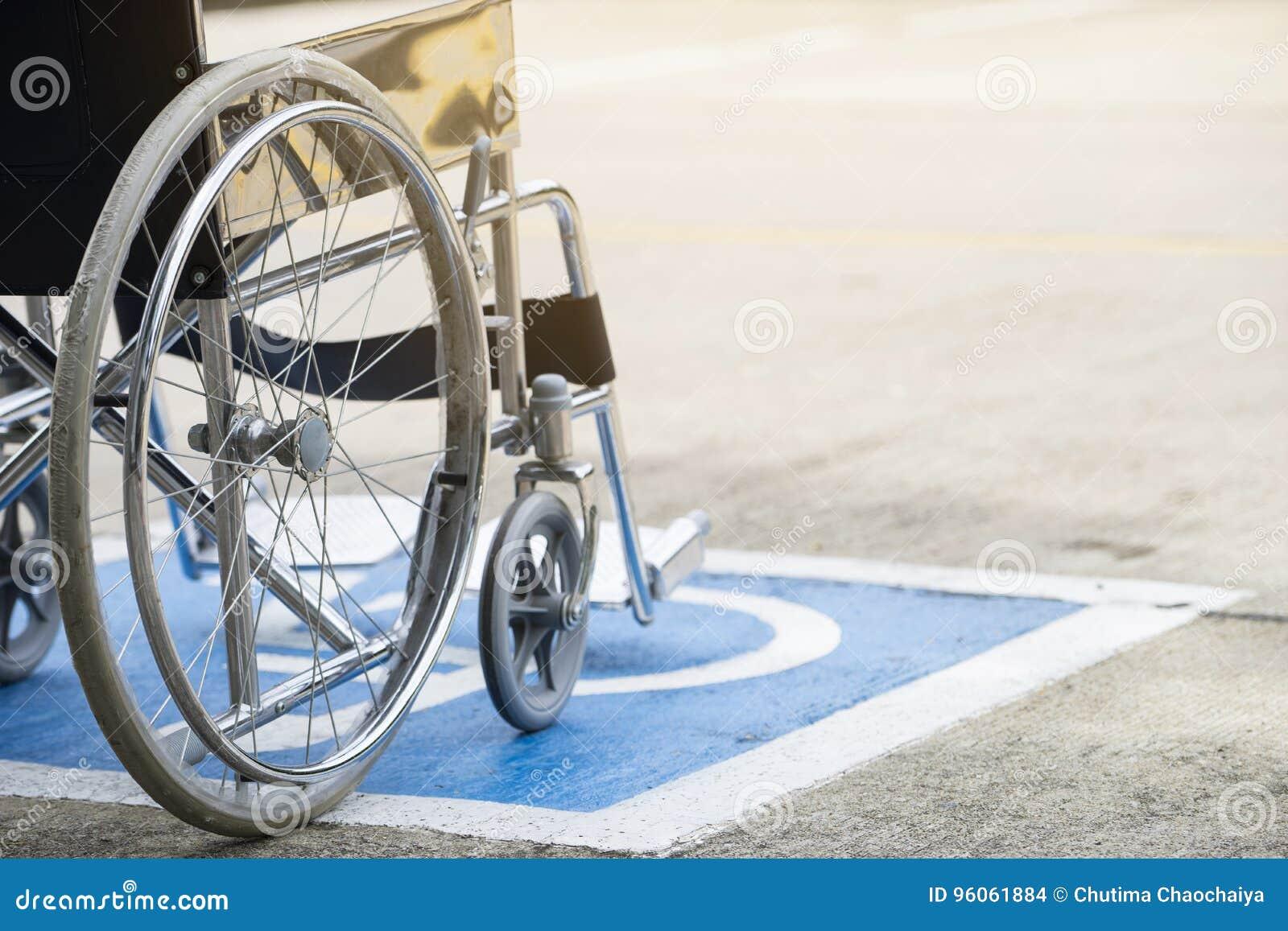 Symbole et fauteuil roulant d handicap de trottoir