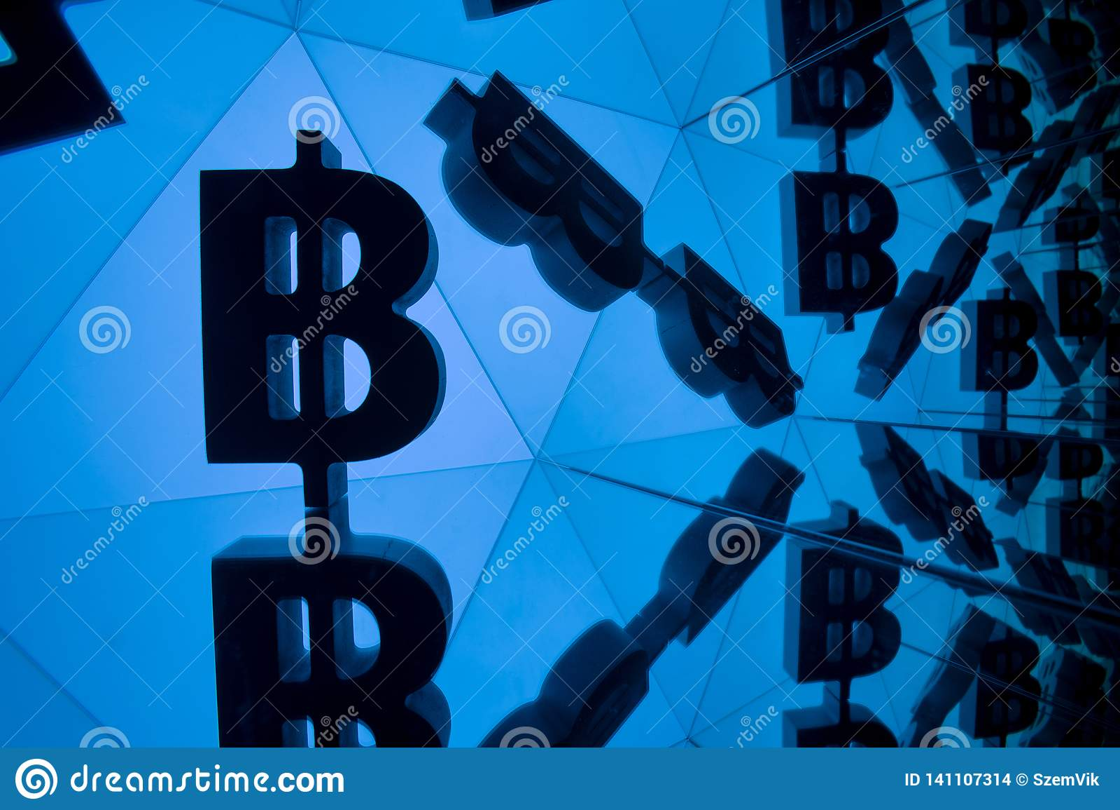 Symbole monétaire de Bitcoin avec beaucoup d images reflétantes de lui-même