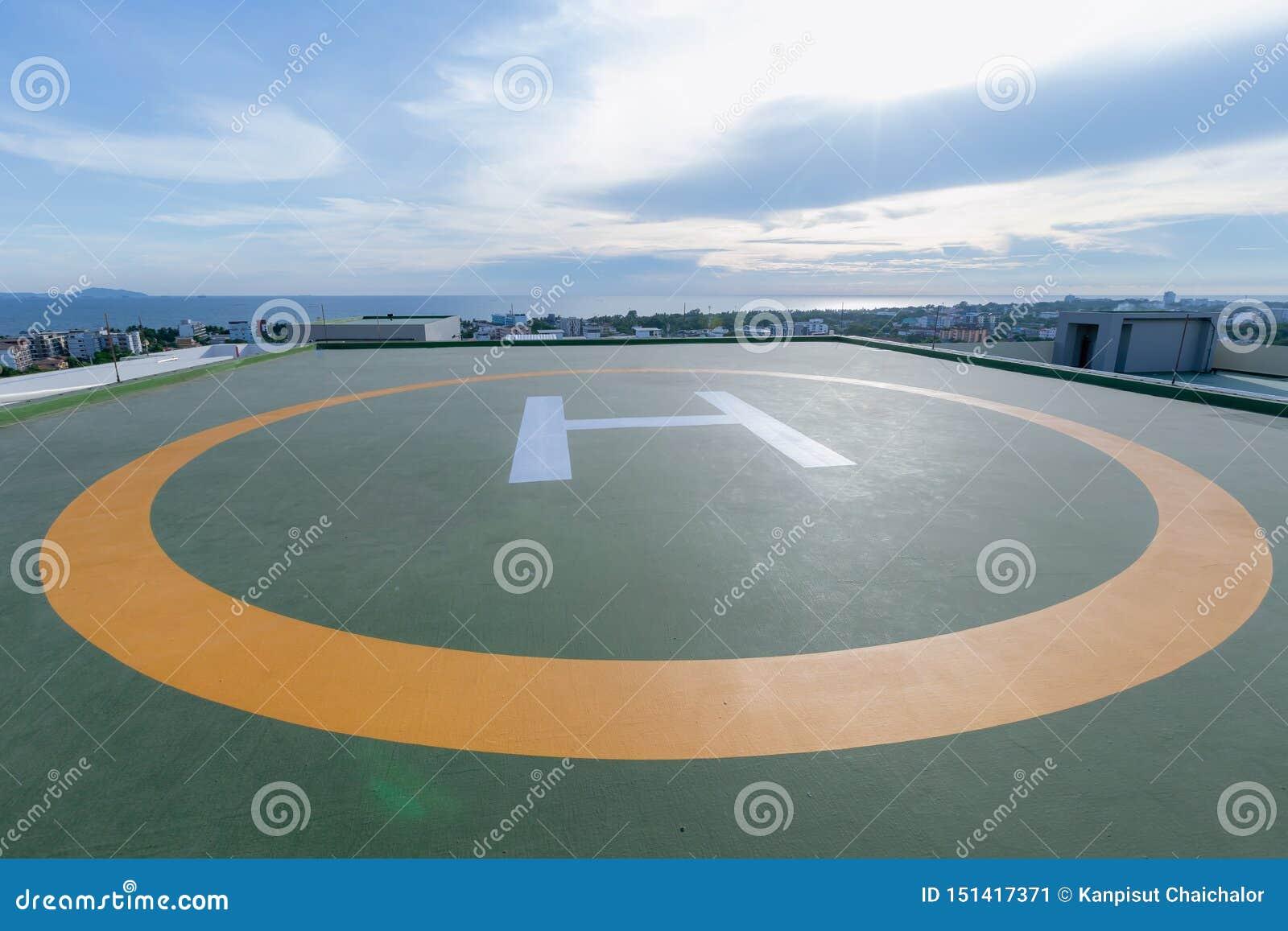 Symbolen voor helikopterparkeren op het dak van een bureaugebouw