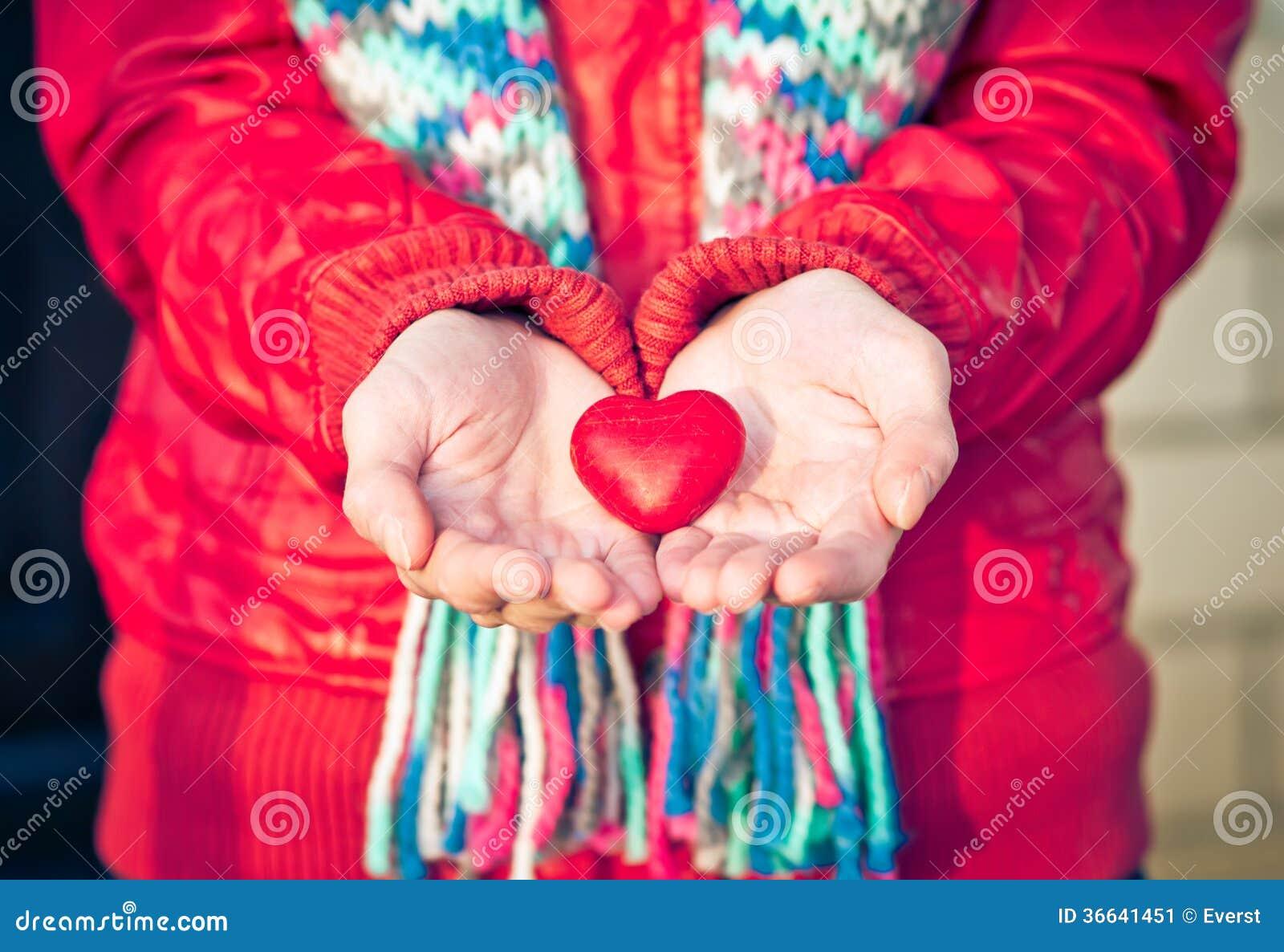 Symbolet för hjärtaformförälskelse i kvinna räcker valentindag