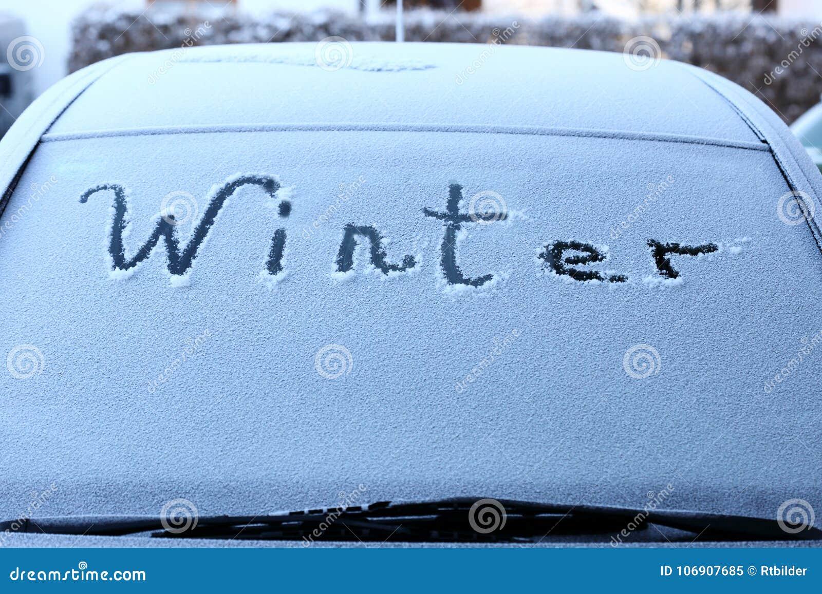 Symboliczna zima na samochodzie