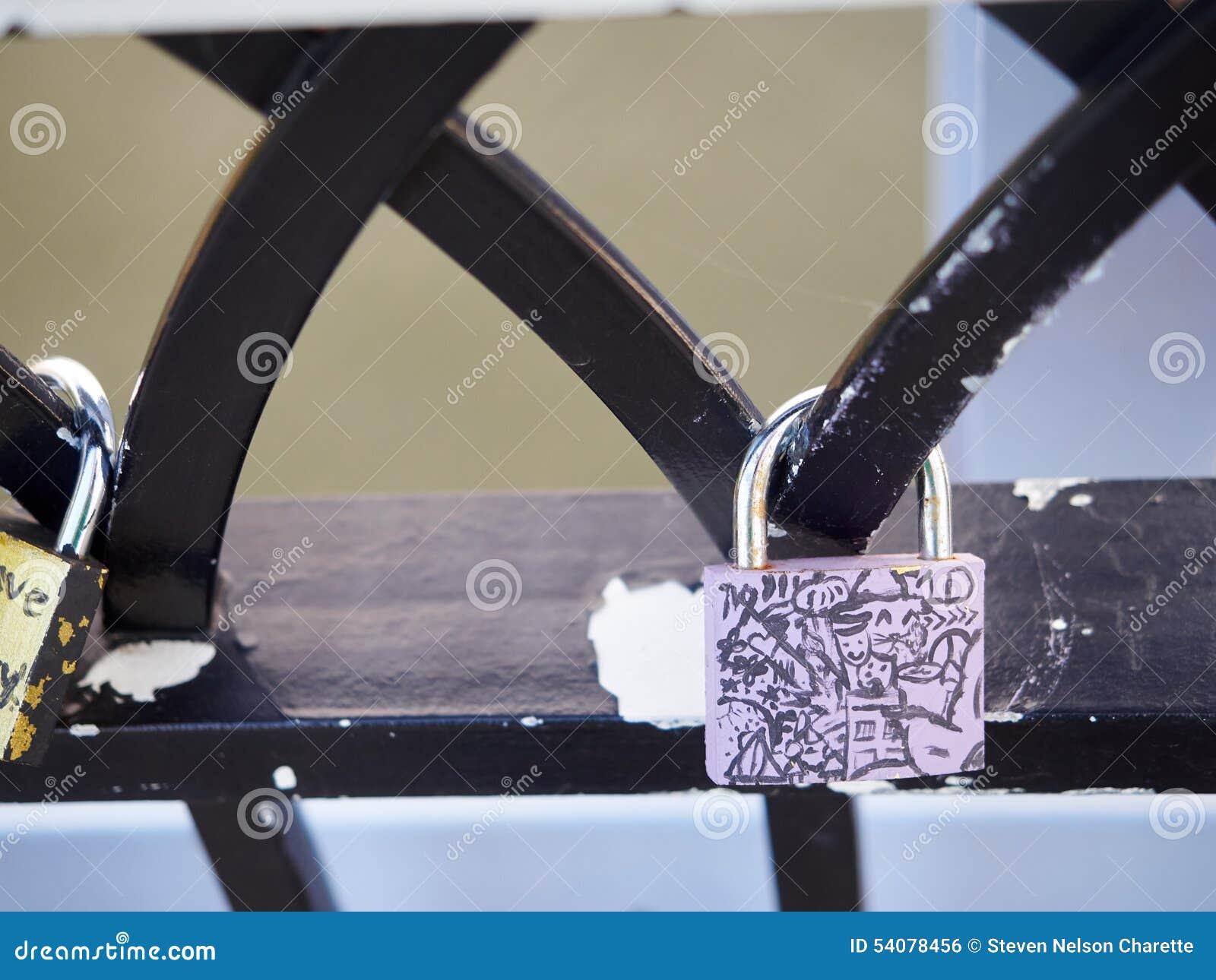 Symbolische het traliewerkbrug Cincinnati van liefdehangsloten