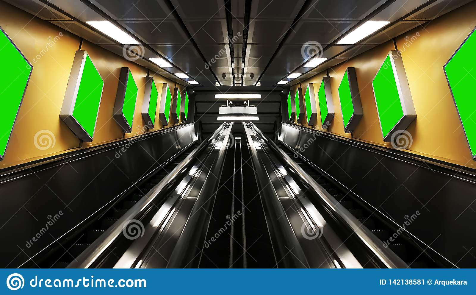 Symmetric eskalatory z billboardami
