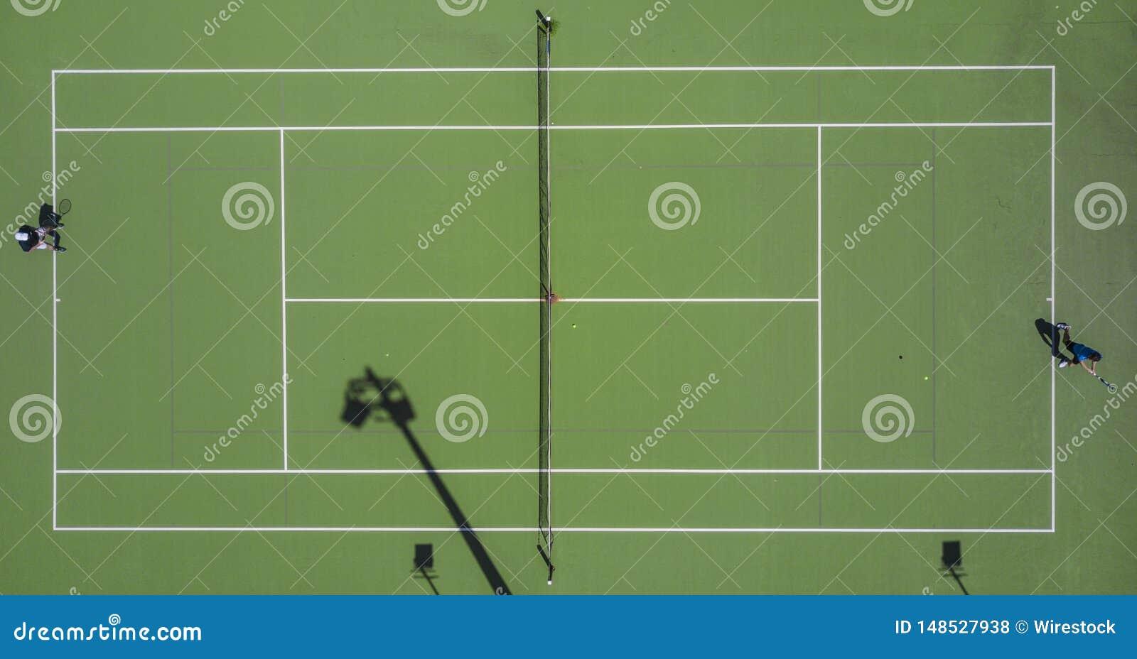 Symmetrische die antenne van een tennisgebied wordt geschoten