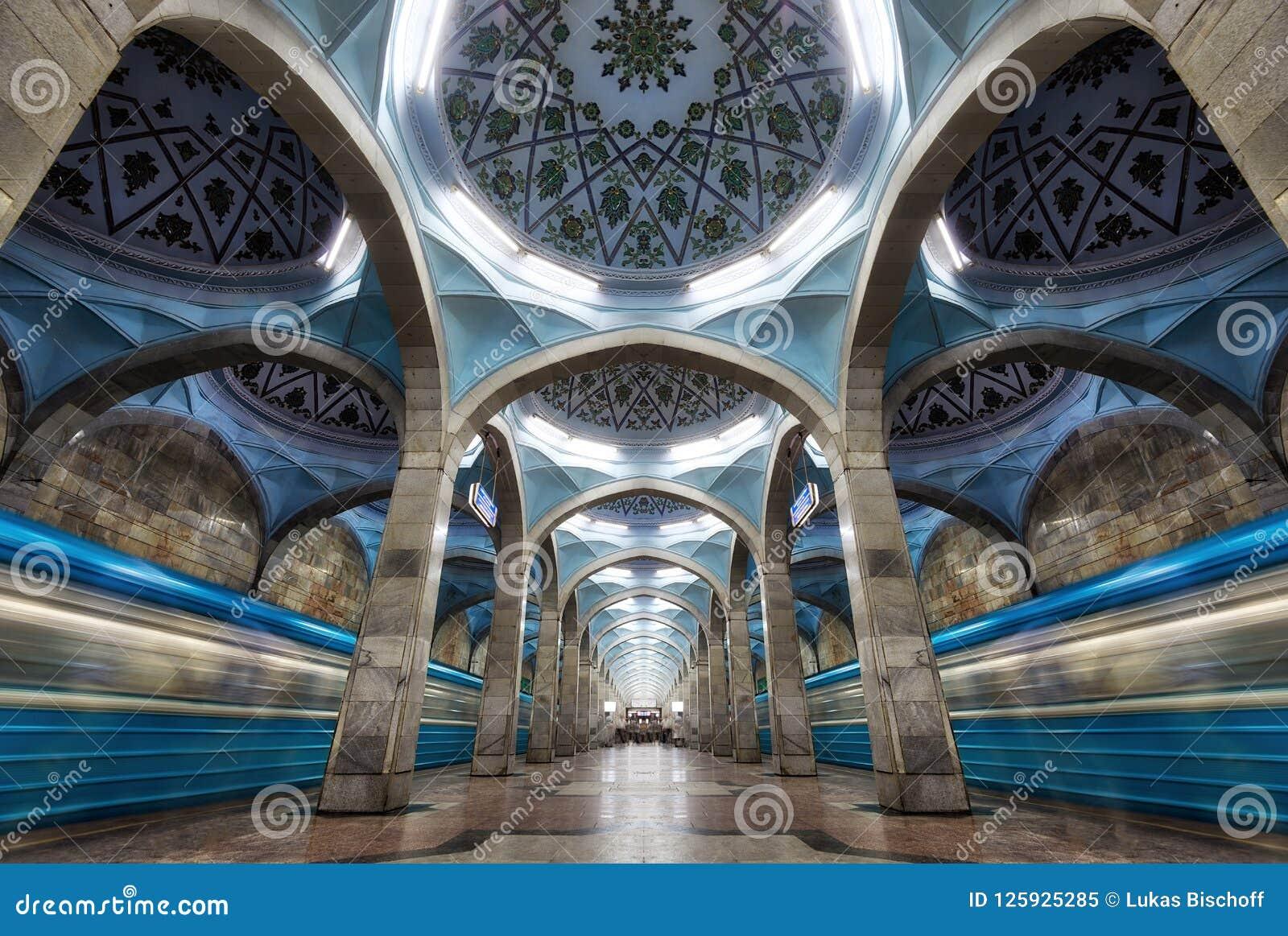 Symmetrische Metro-Stations-Architektur in zentralem Taschkent, Uzbeki
