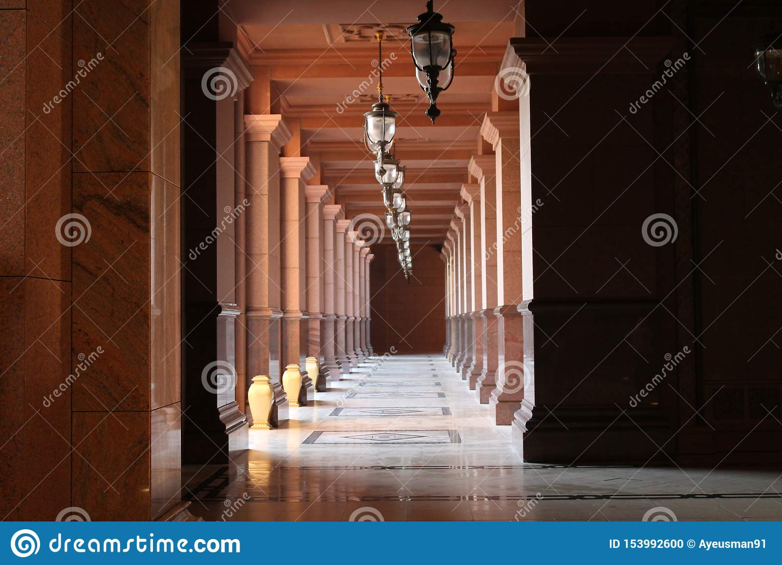 Symmetrische Spalten, die Schönheit der islamischen Architektur