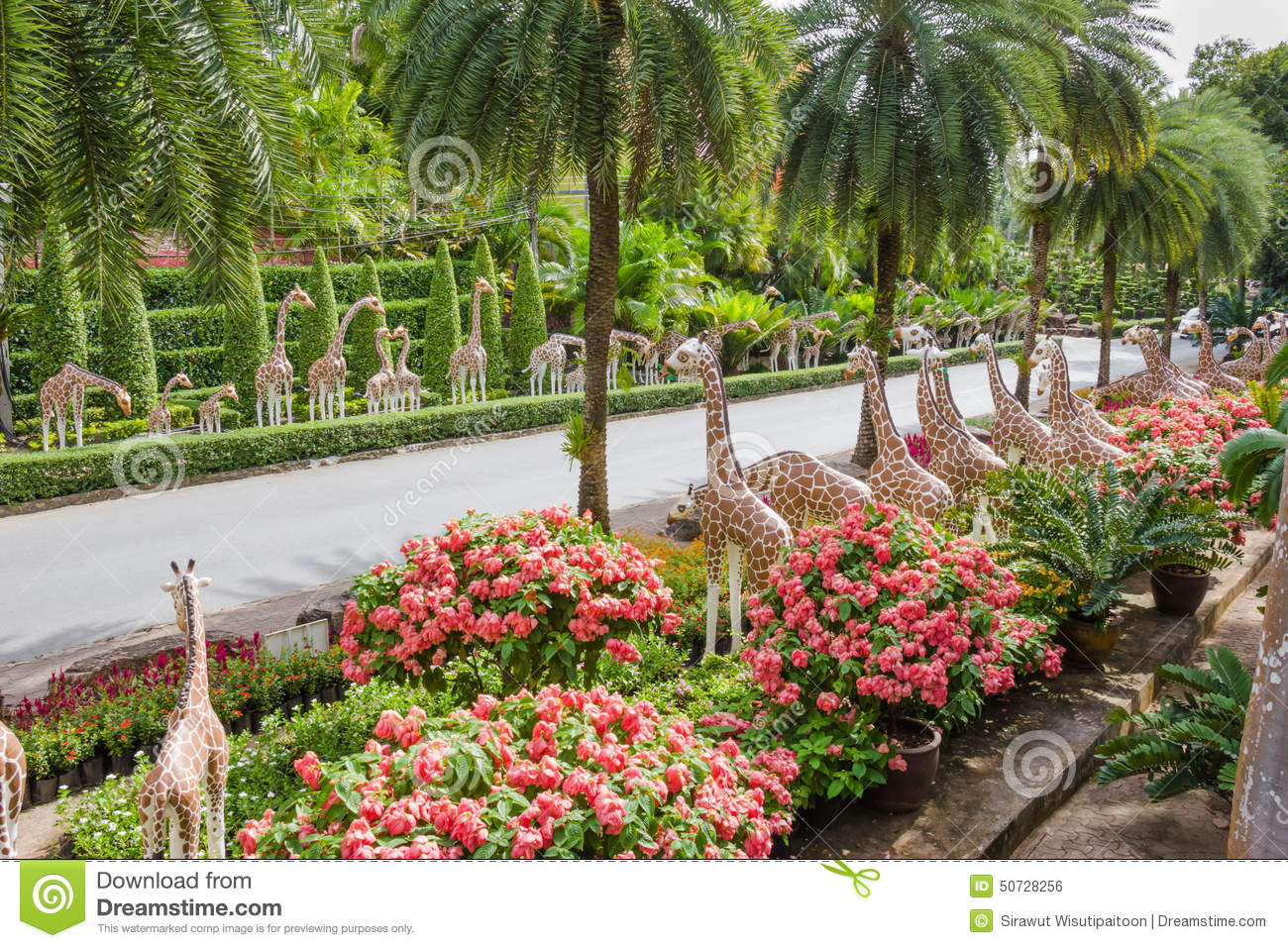 the synthetic giraffe as garden decoration in nong nooch tropical