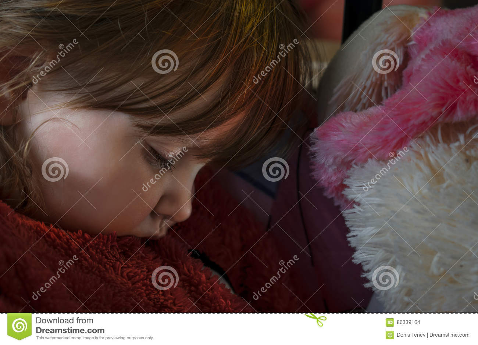 Sypialna dziewczynka z blondynem