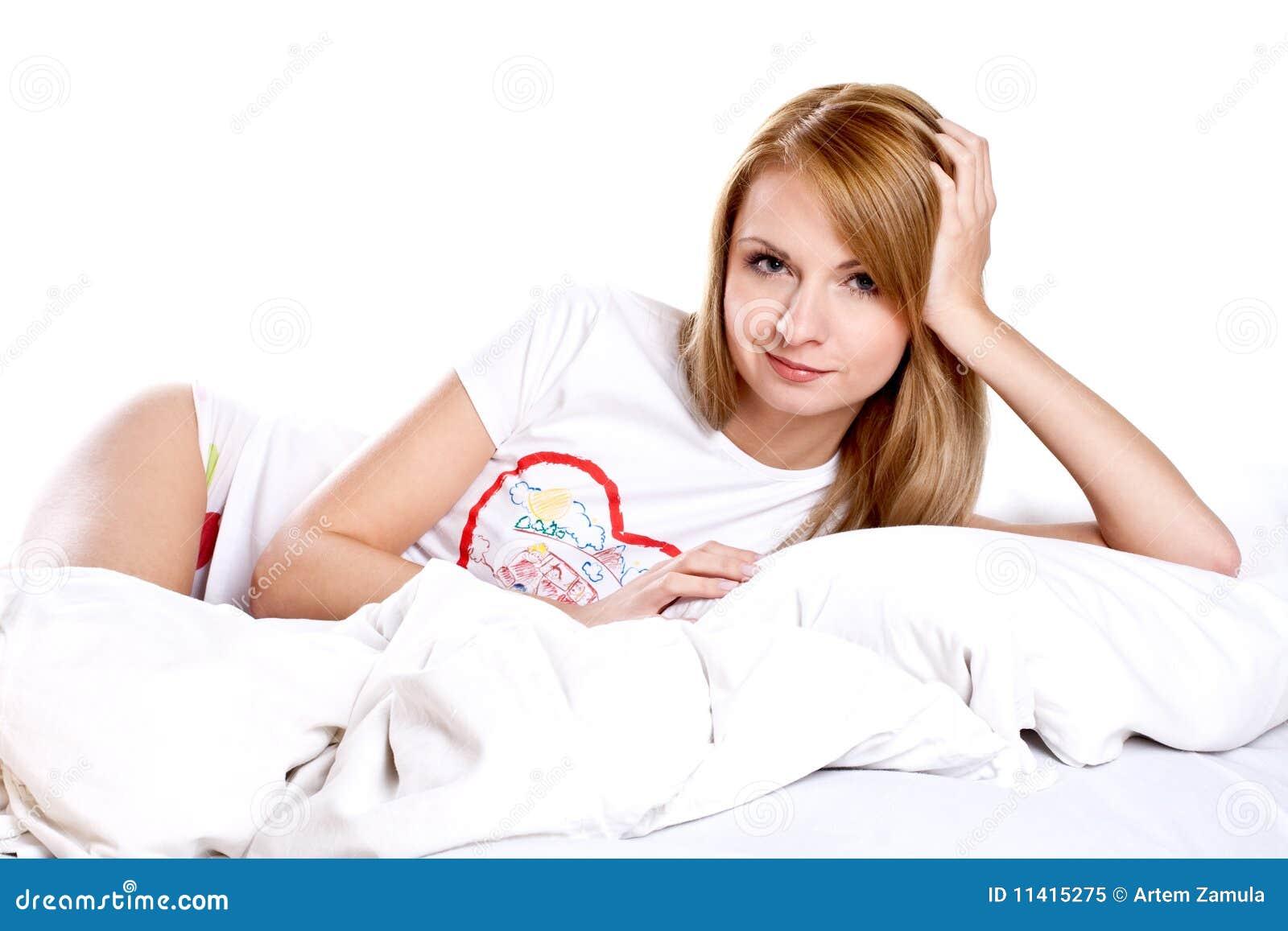 Sypialni lying on the beach uśmiechnięta kobieta