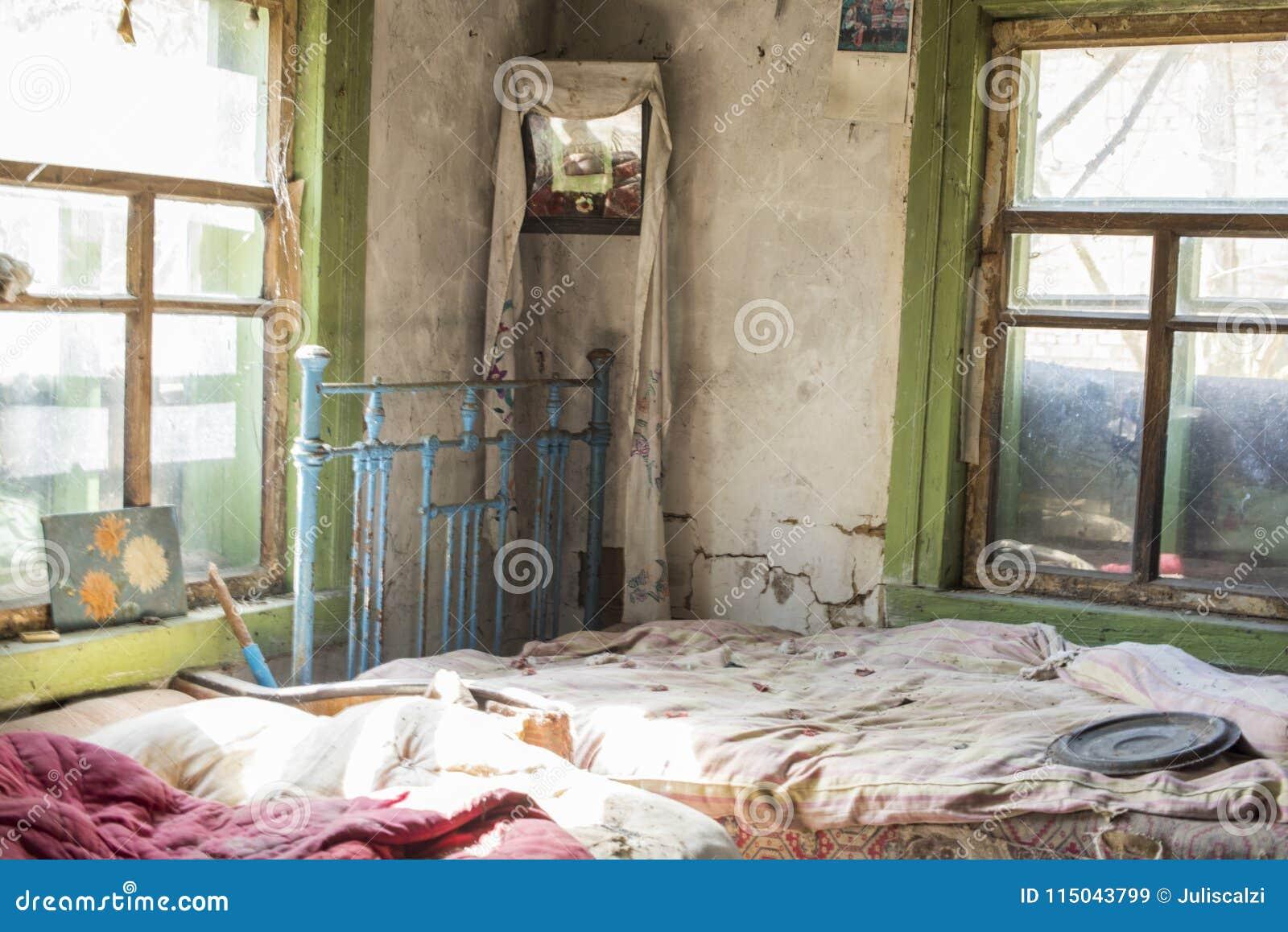Sypialnia w starej chałupie w zaniechanej wiosce, Chernobyl niedopuszczenie, Ukraina