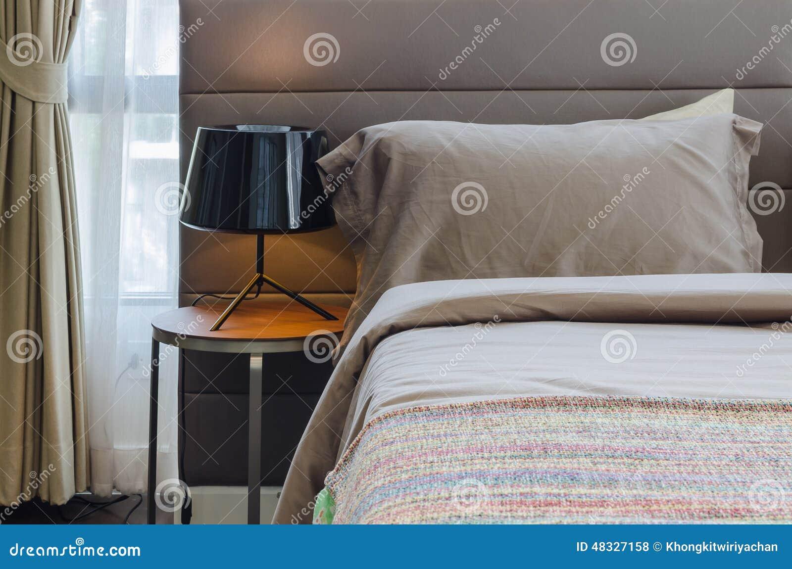 Sypialnia Z Czarną Lampą Na Drewno Stole Zdjęcie Stock