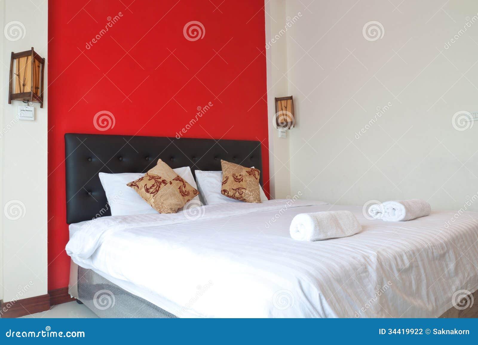 Sypialnia Z Czerwieni ścianą Zdjęcie Stock Obraz Złożonej