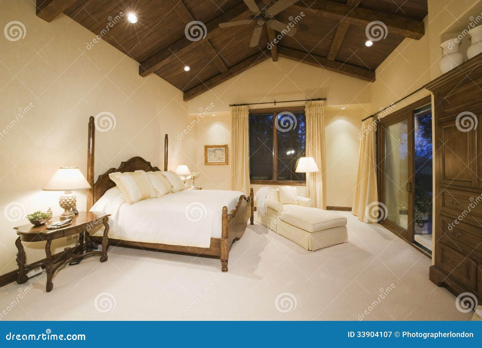 Sypialnia Z Wysokim Drewnianym Sufitem Obraz Stock Obraz