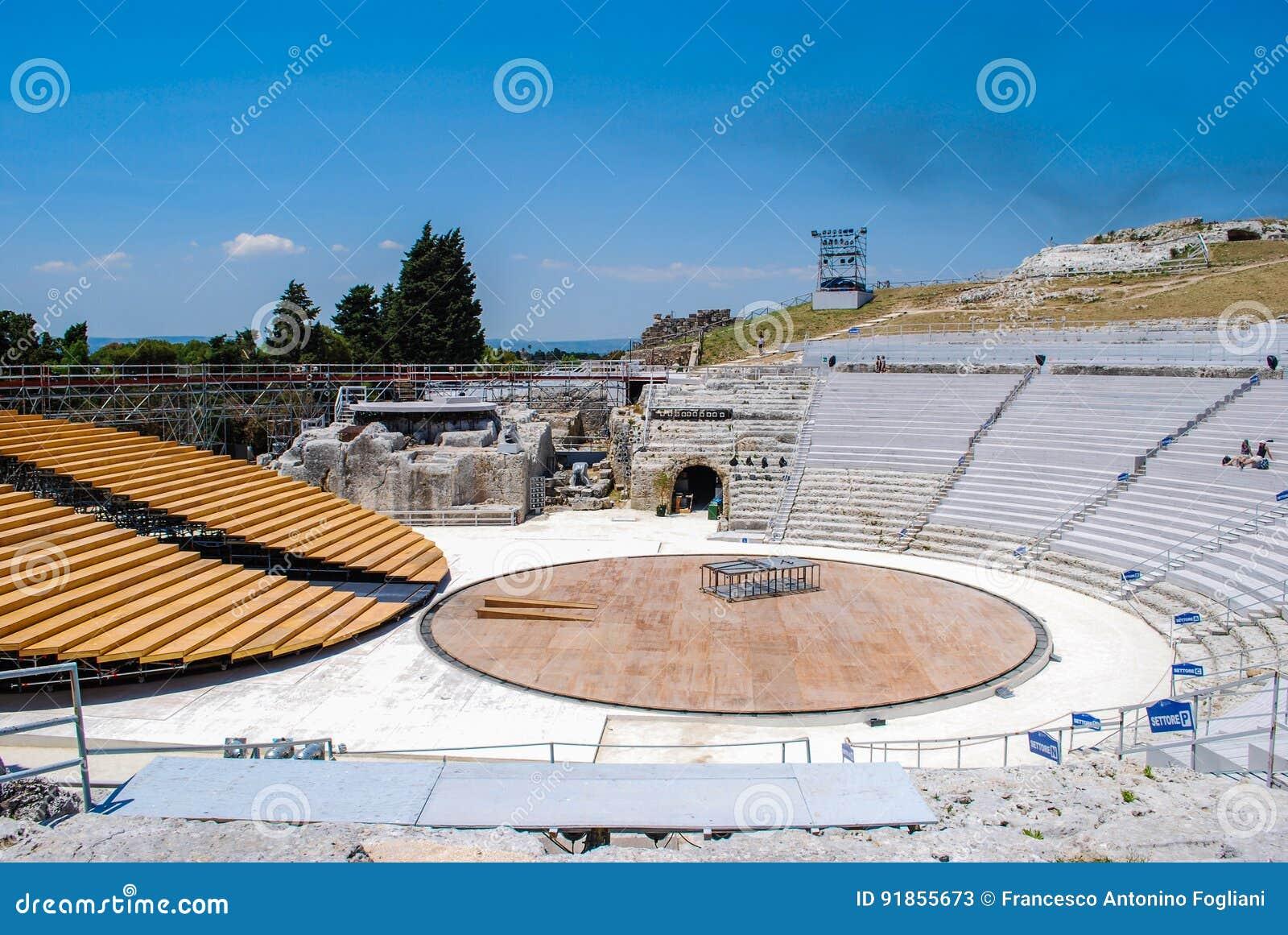 SYRACUSE ITALIEN - Juni 02, 2012: Den grekiska teatern i det arkeologiskt parkerar