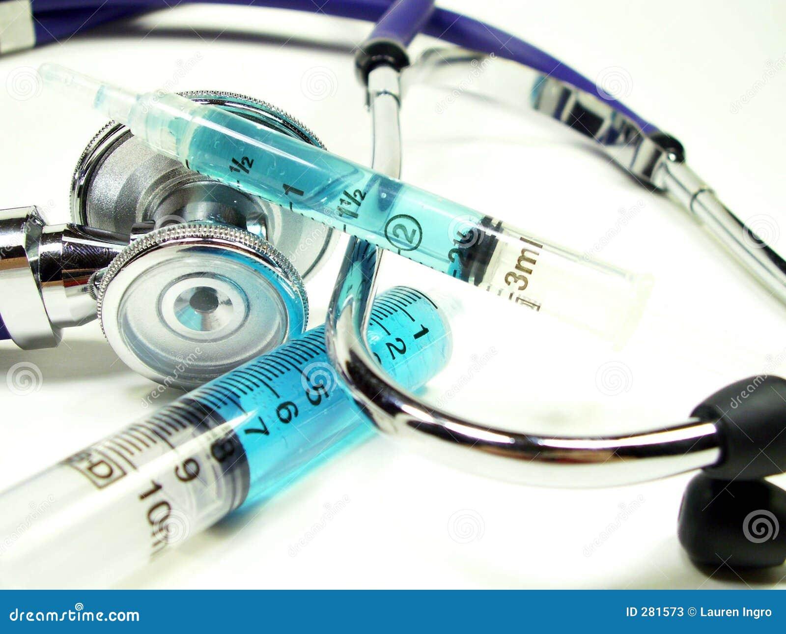 Syrings met stethoscoop op wit