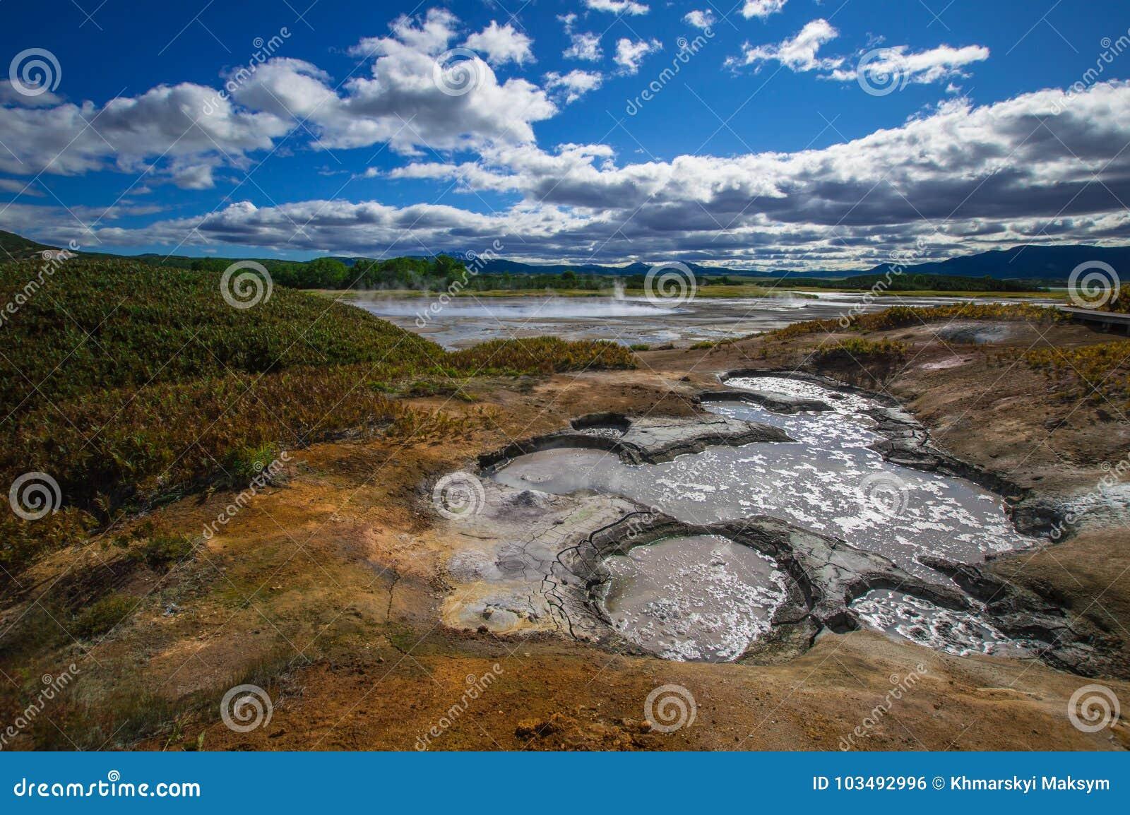 Syrlig sjö i caldera för vulkan för Uzon ` s Kamchatka Ryssland