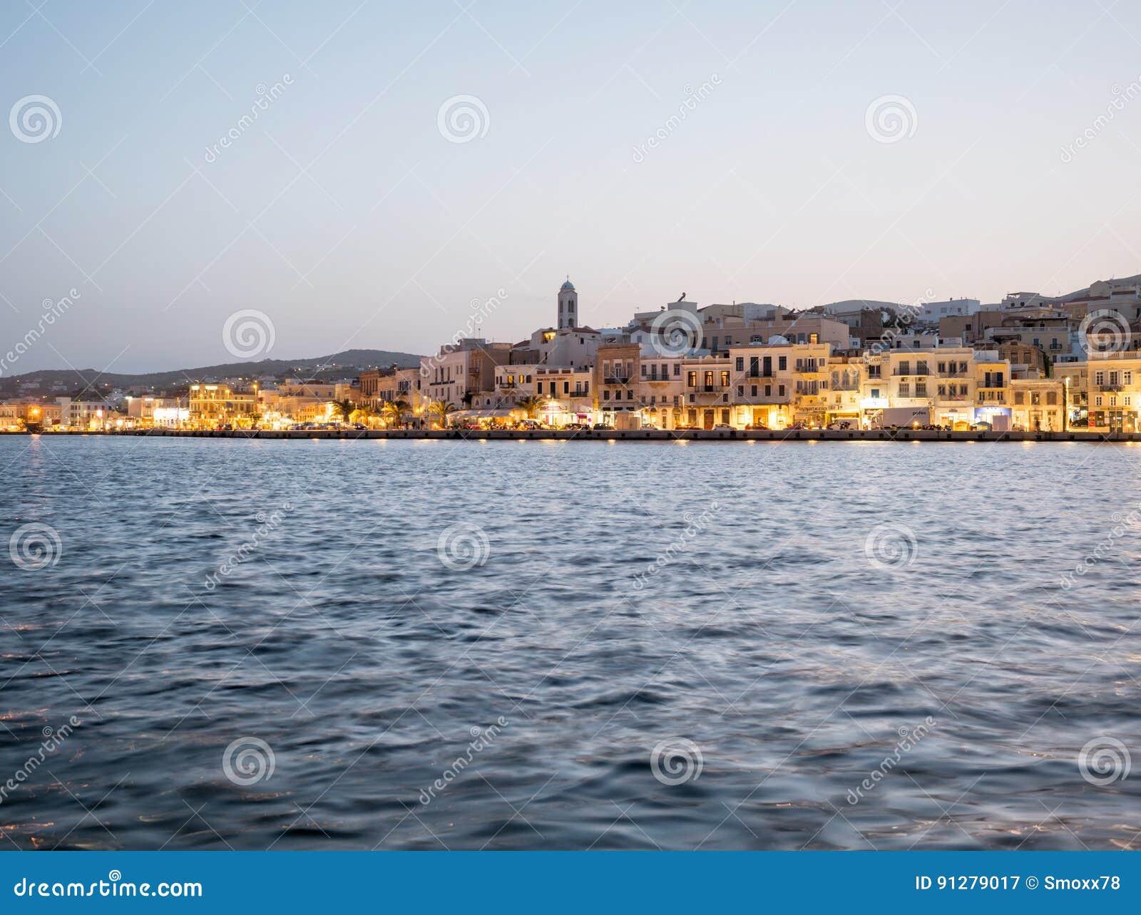 Syros stad i en solig dag
