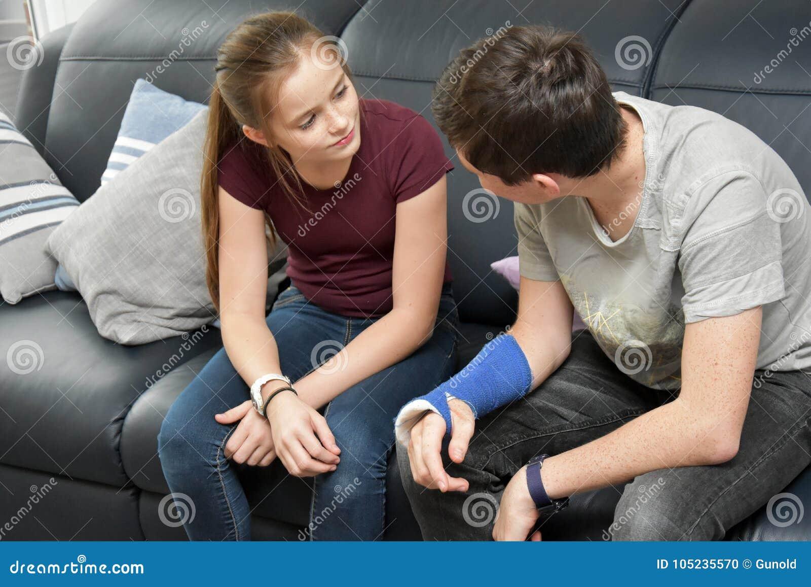Syskon i intensiv konversation
