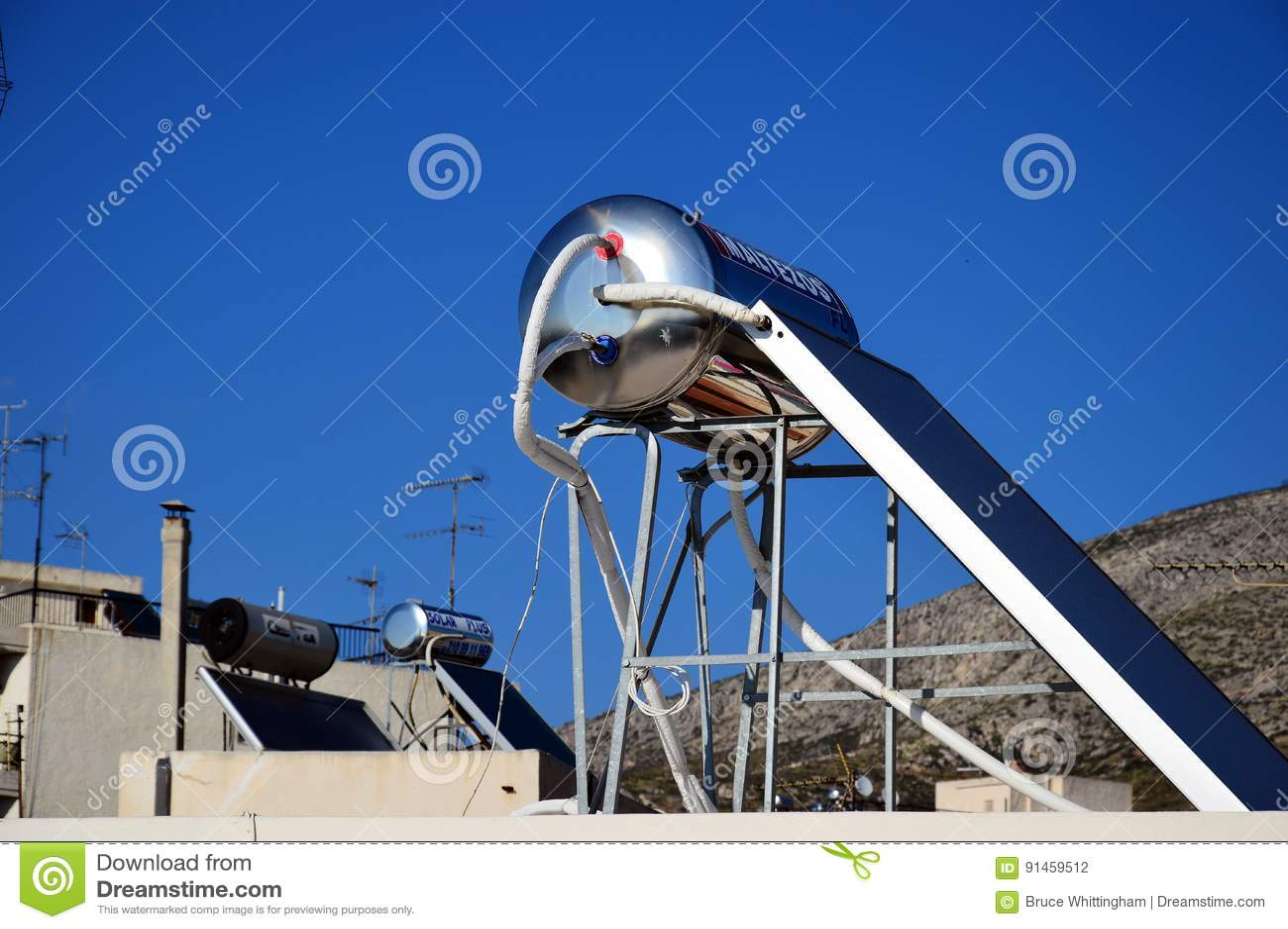 Système d eau chaude solaire sur le dessus de toit