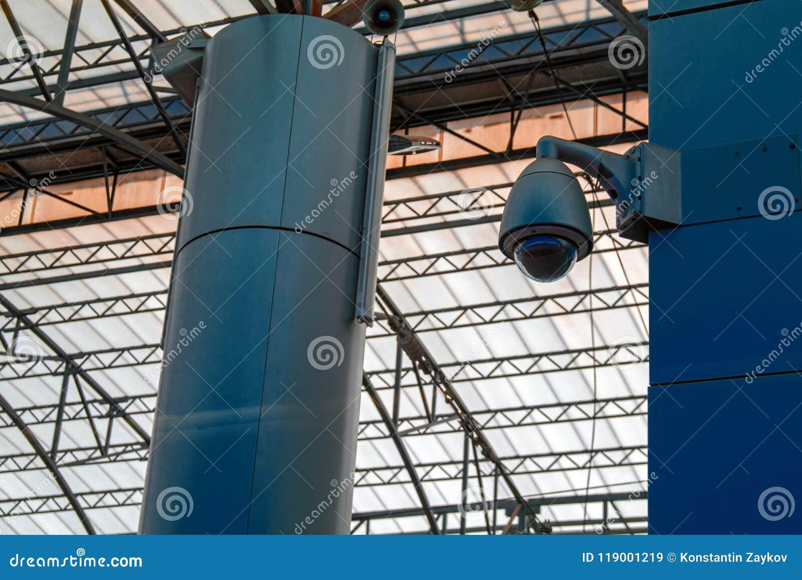 Système de surveillance visuel à la station Caméra vidéo protégée montée sur l appui Sécurité de concept dans les lieux publics,