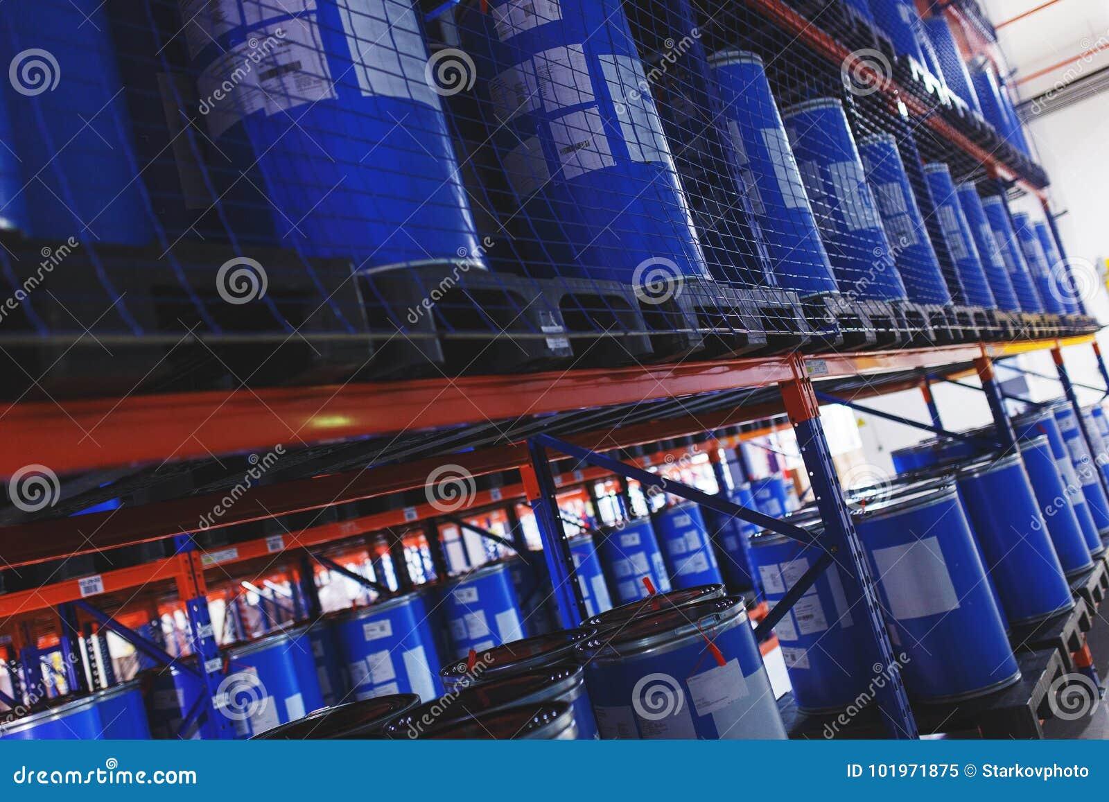 Système du stockage d adresse des produits, des matériaux et des marchandises dans un entrepôt barils en plastique bleus pour le