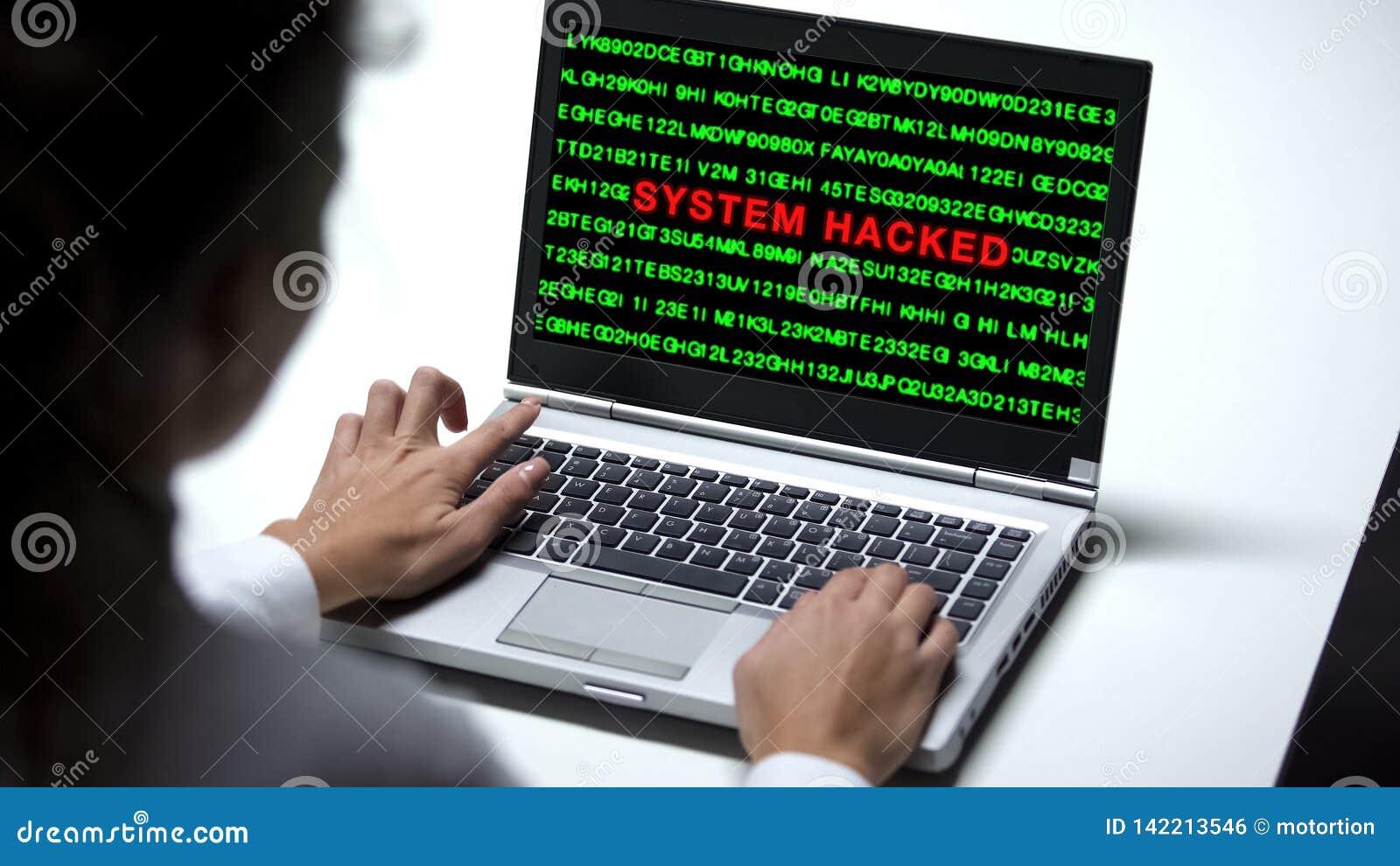 Système entaillé sur l ordinateur portable, femme travaillant dans le bureau, protection de cybercriminalité