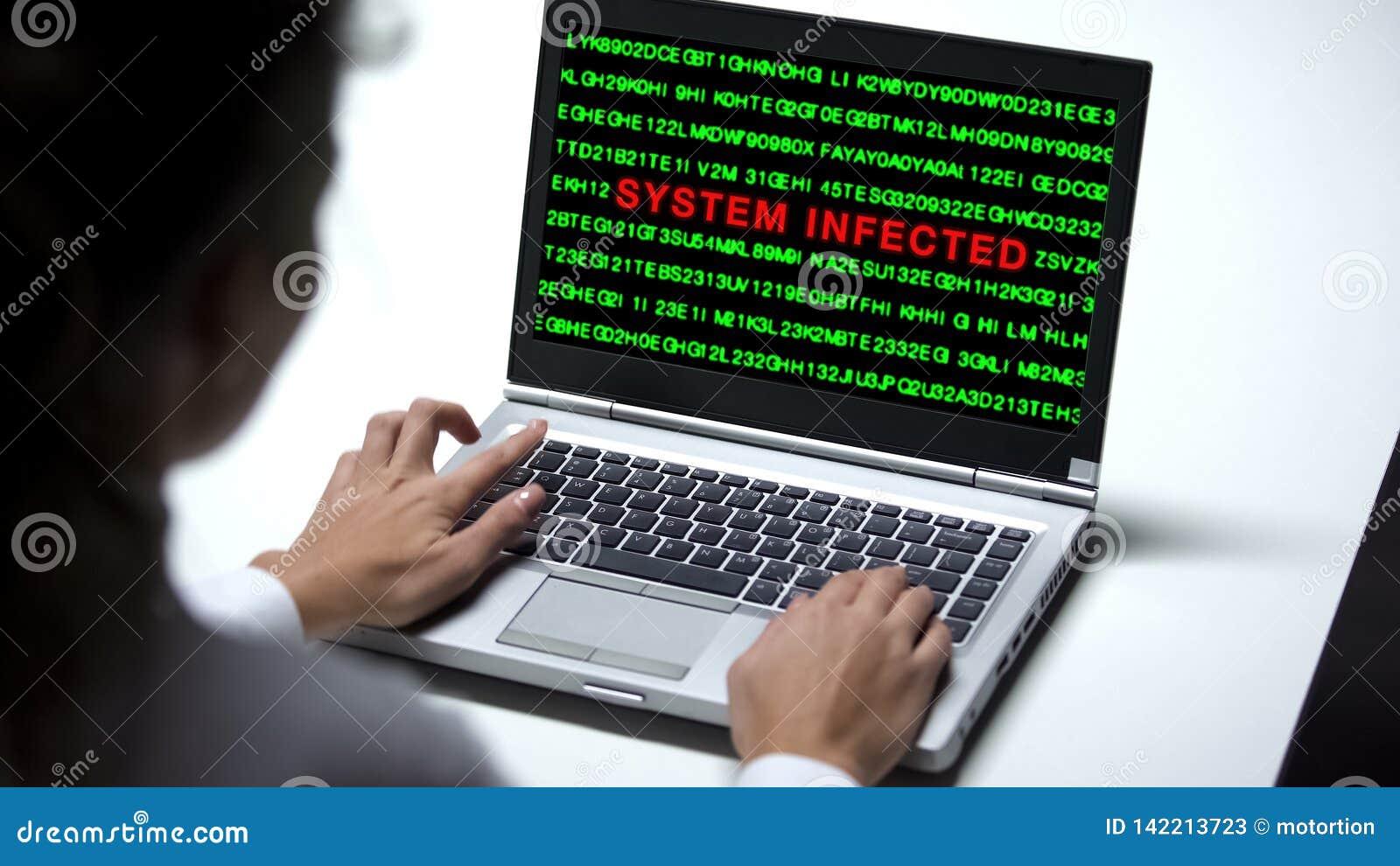 Système infecté sur le moniteur d ordinateur portable, bureau travaillant de femme, attaque d entaille, cybercriminalité