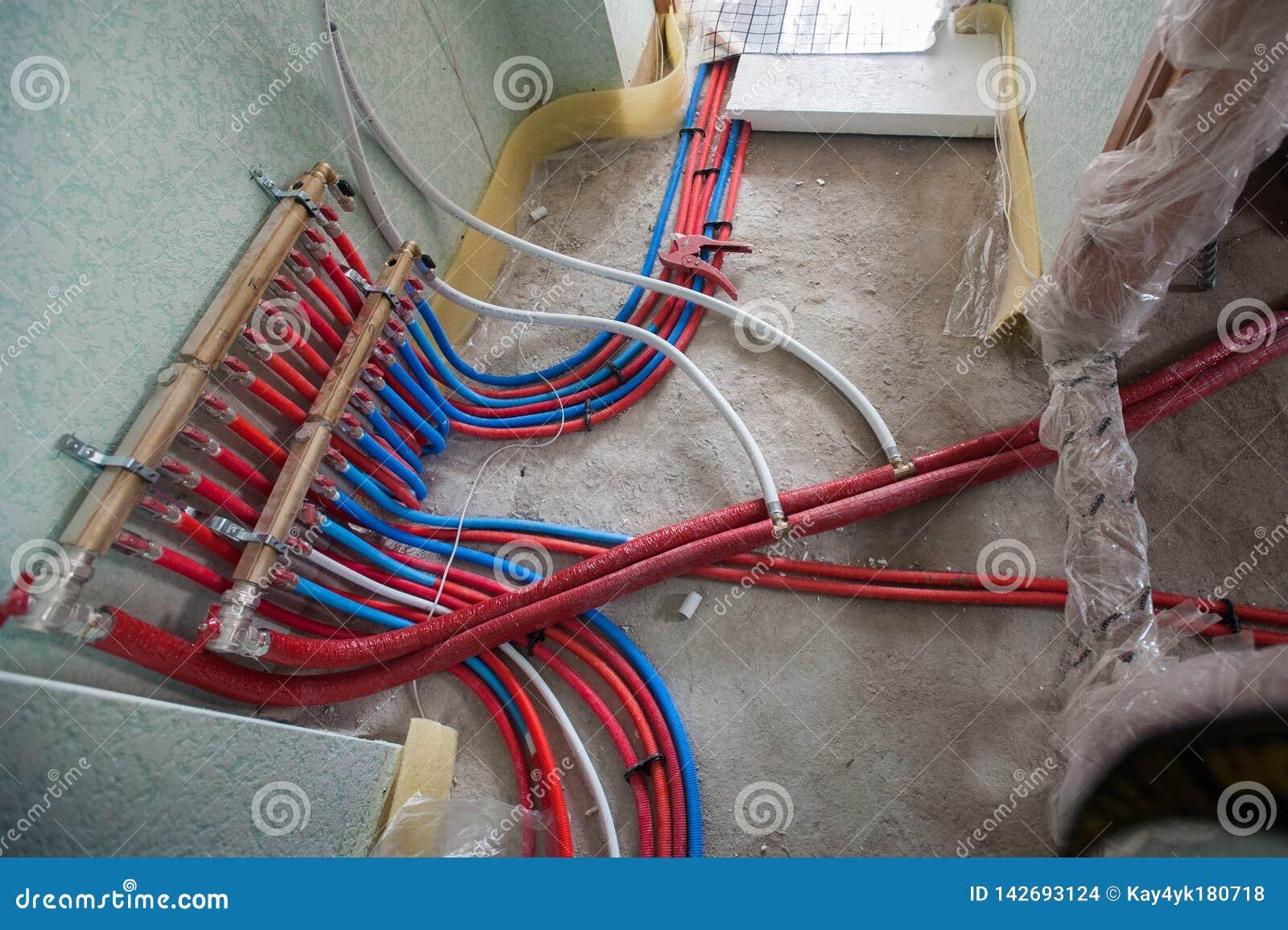 Syst?me de chauffage rayonnant d installation de chauffage par le sol L homme installent la construction de plancher sous le plan