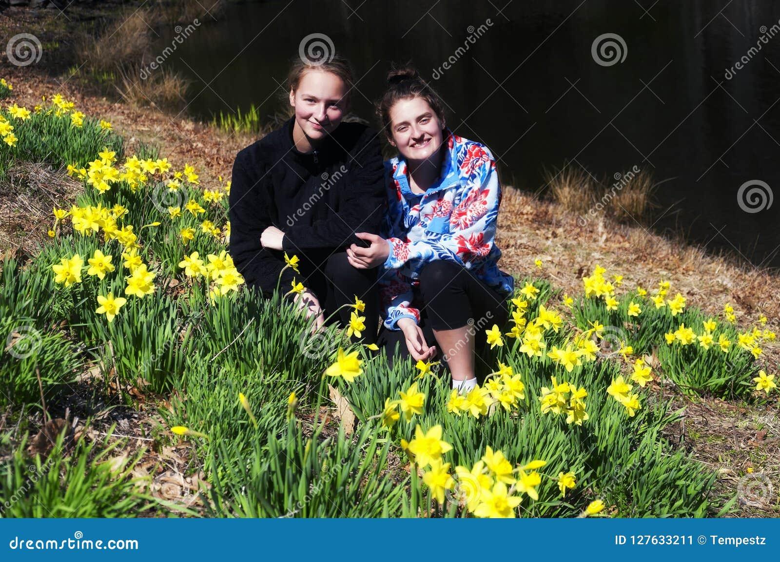 Systrar i ett påskliljafält i Thomaston Connecticut